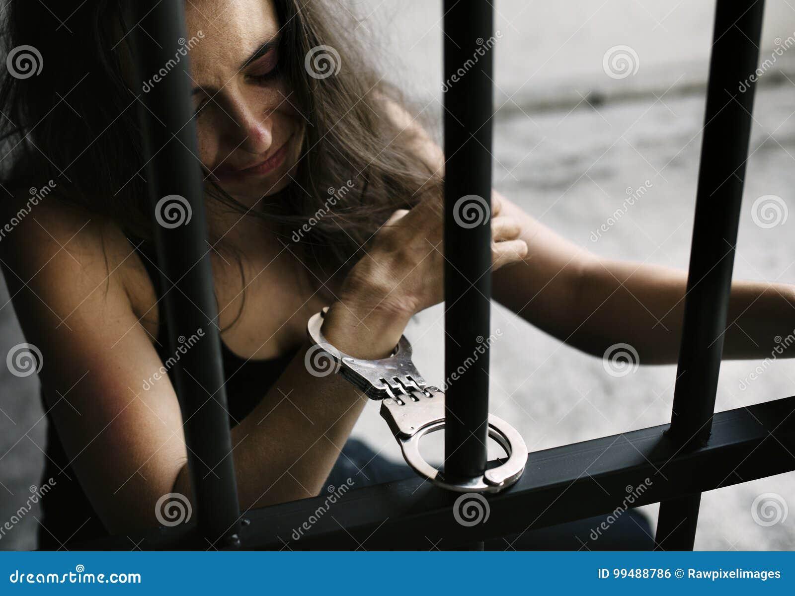 En caucasian kvinna fås inlåst cellen