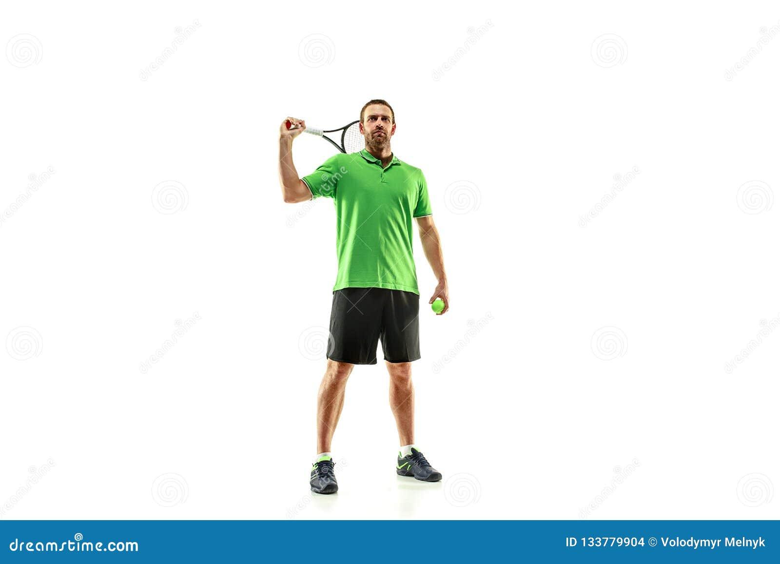 En caucasian man som spelar tennisspelaren som isoleras på vit bakgrund
