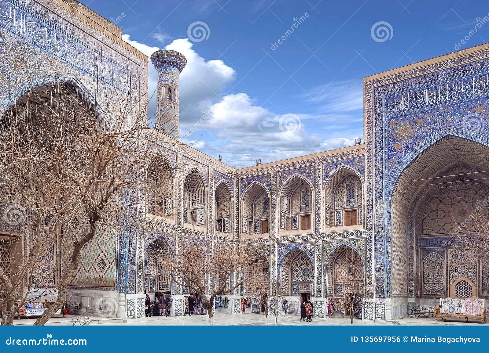 En diciembre de 2018, Uzbekistán, Samarkand, cuadrado de Registan, Madrasa Sherdor 'residente de los leones '