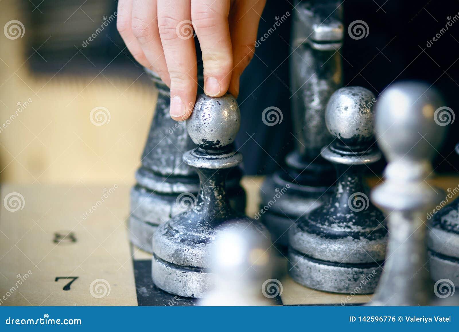 En el tablero hay viejos pedazos de ajedrez lamentables grandes