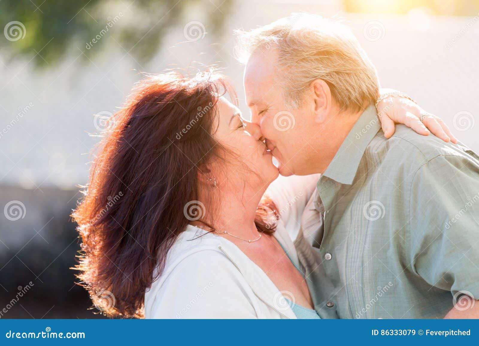 En embrassant les couples âgés par milieu appréciez un romantique ralentissent la danse et le baiser dehors