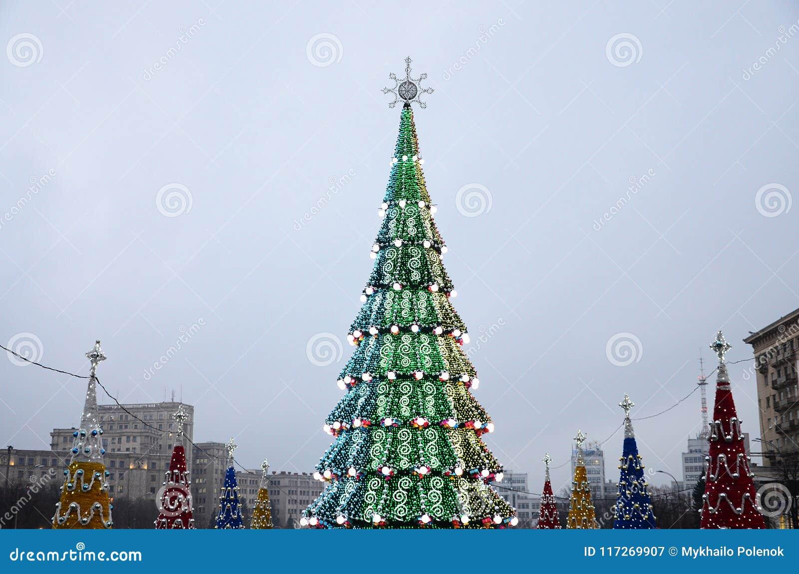En enorm konstgjord julgran står på fyrkanten av frihet i Kharkov, Ukraina 2018 nya år