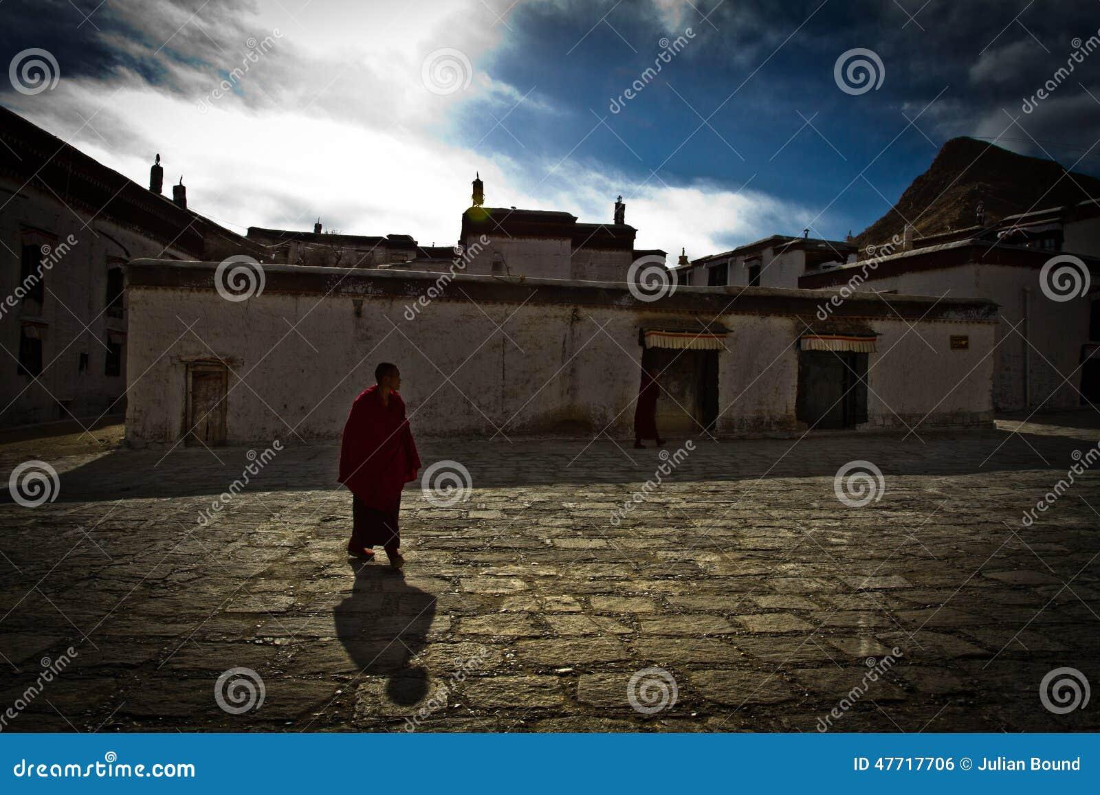 En ensam buddistisk munk av den Tashilompu kloster Shigaste Tibet