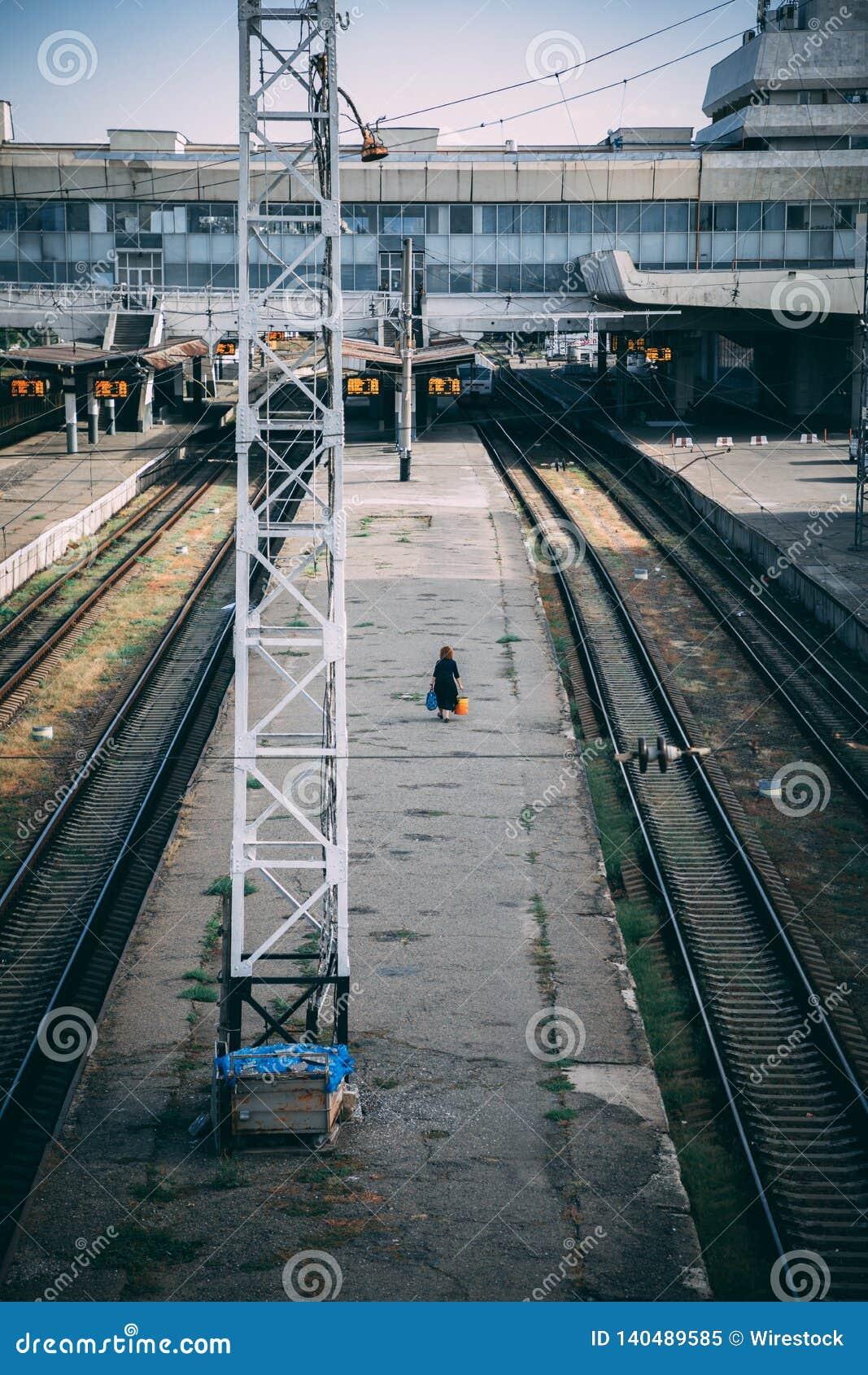 En ensam kvinna som väntar på ett drev