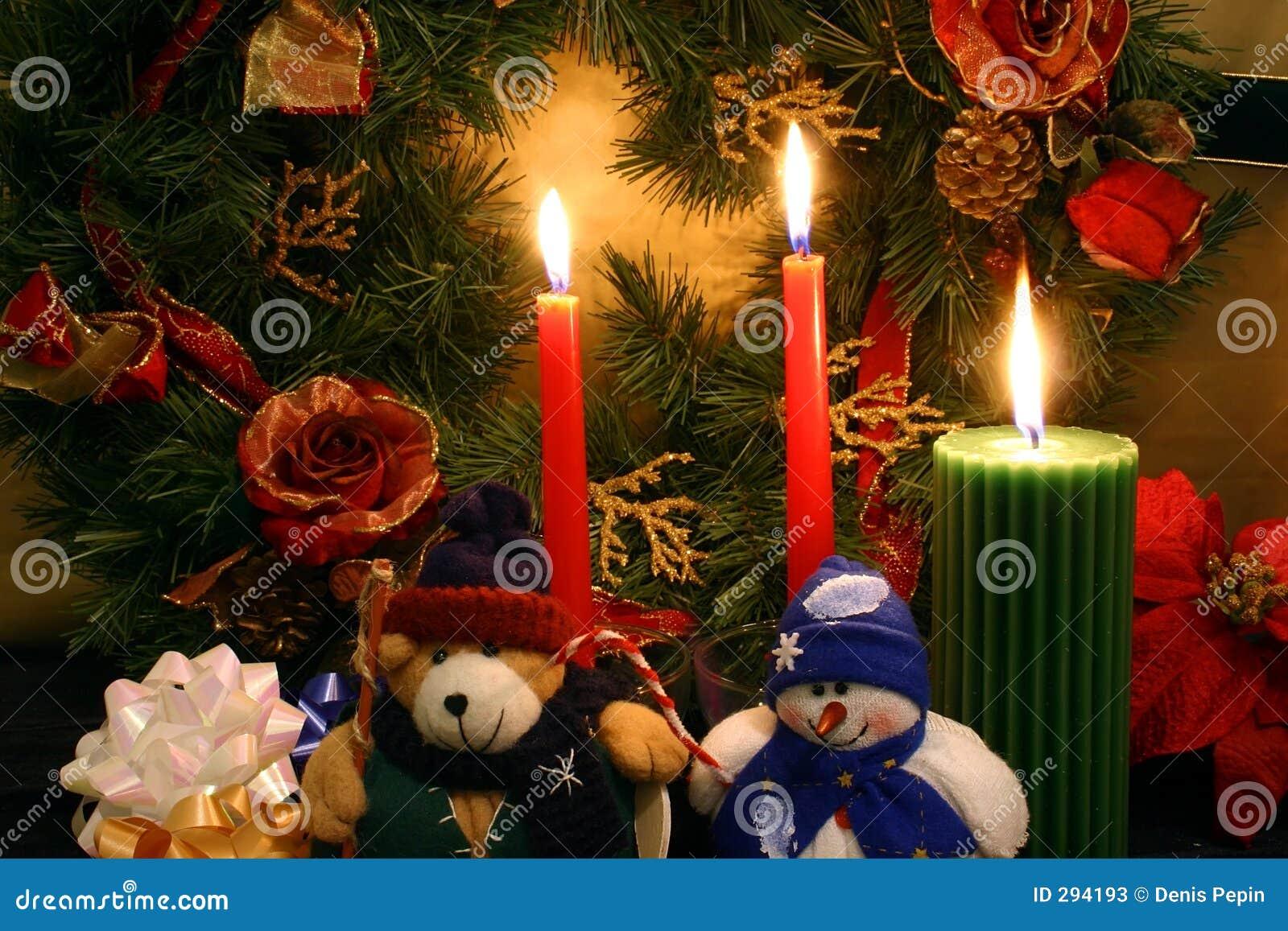 En esprit de Noël, un nounours bourré et un bonhomme de neige bourré