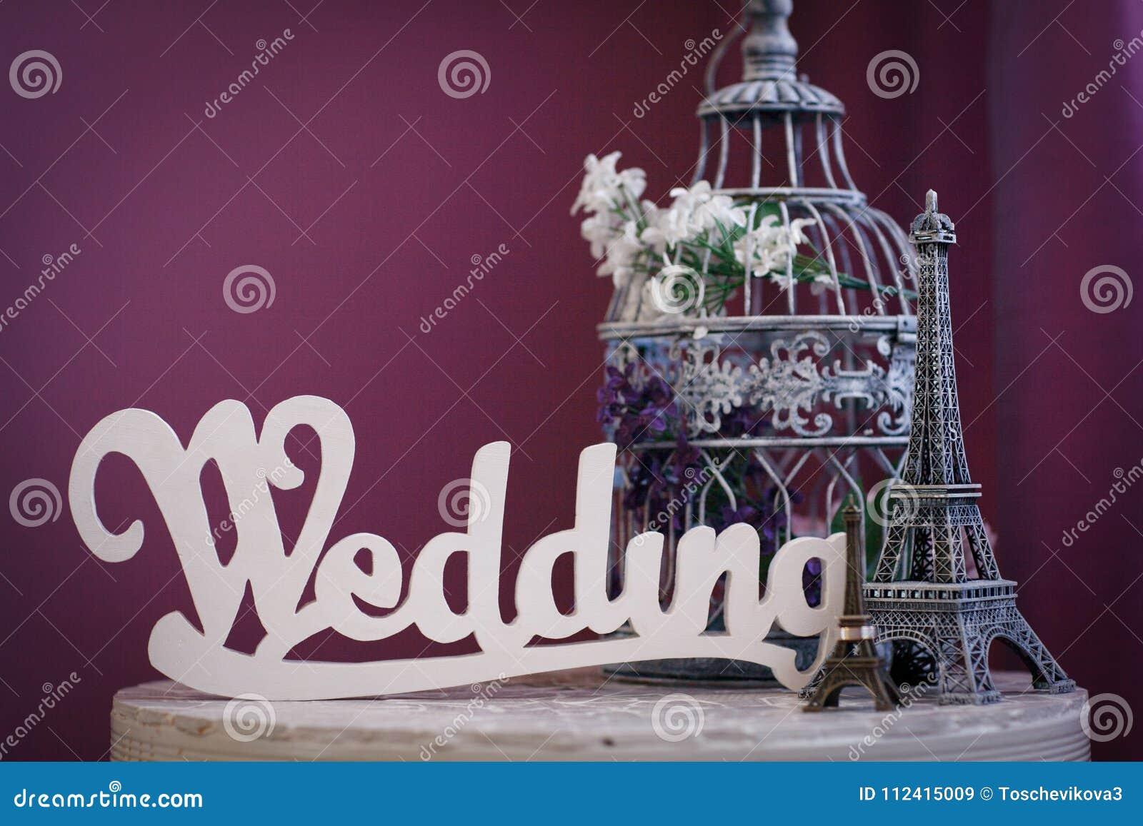 `en För ord`-bröllop som göras av vita träbokstäver