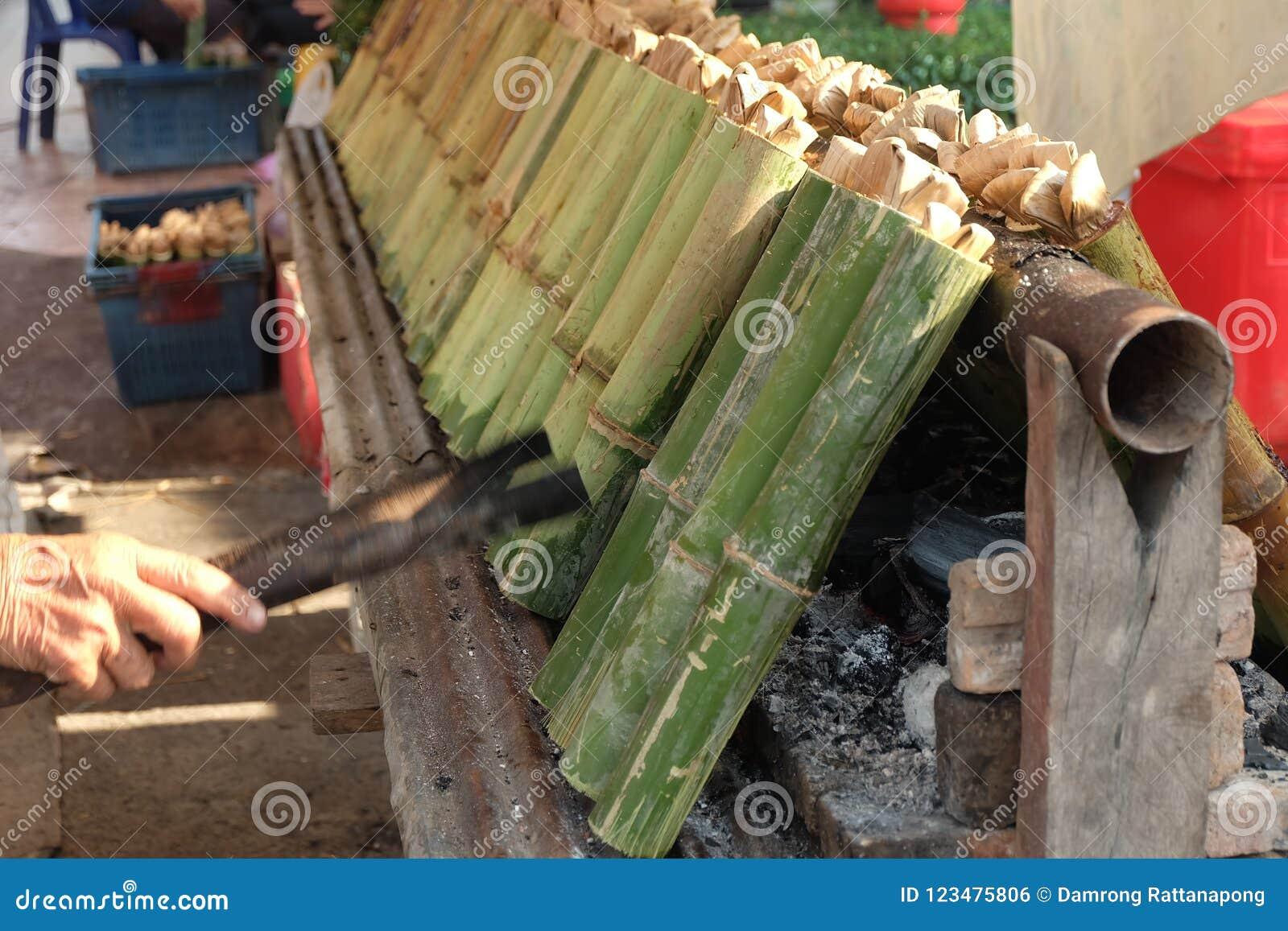 En faisant le ` Khao frappez le ` les desserts thaïlandais traditionnels, riz visqueux avec du lait de noix de coco et avez fait
