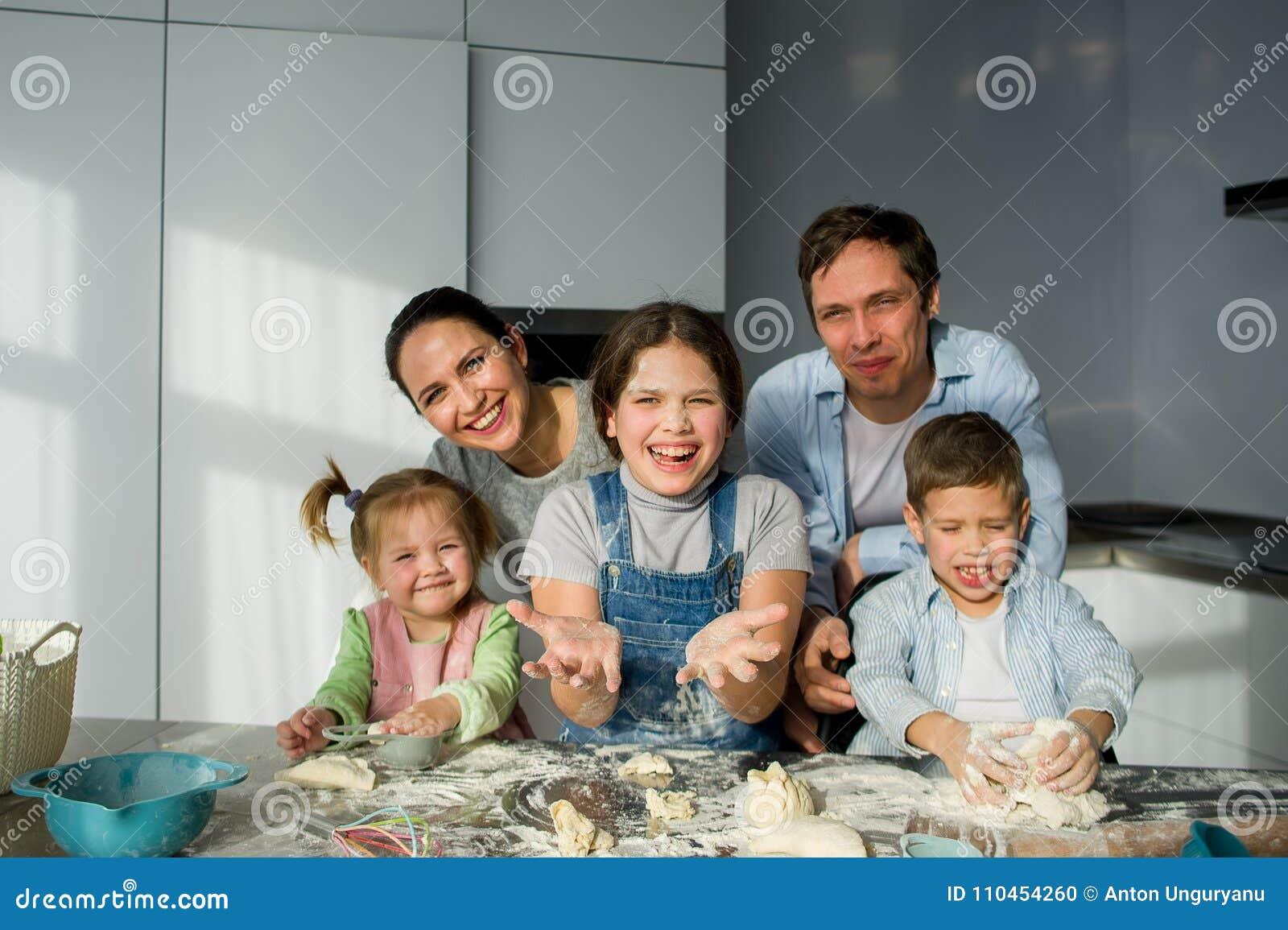 En familj av fem i köket