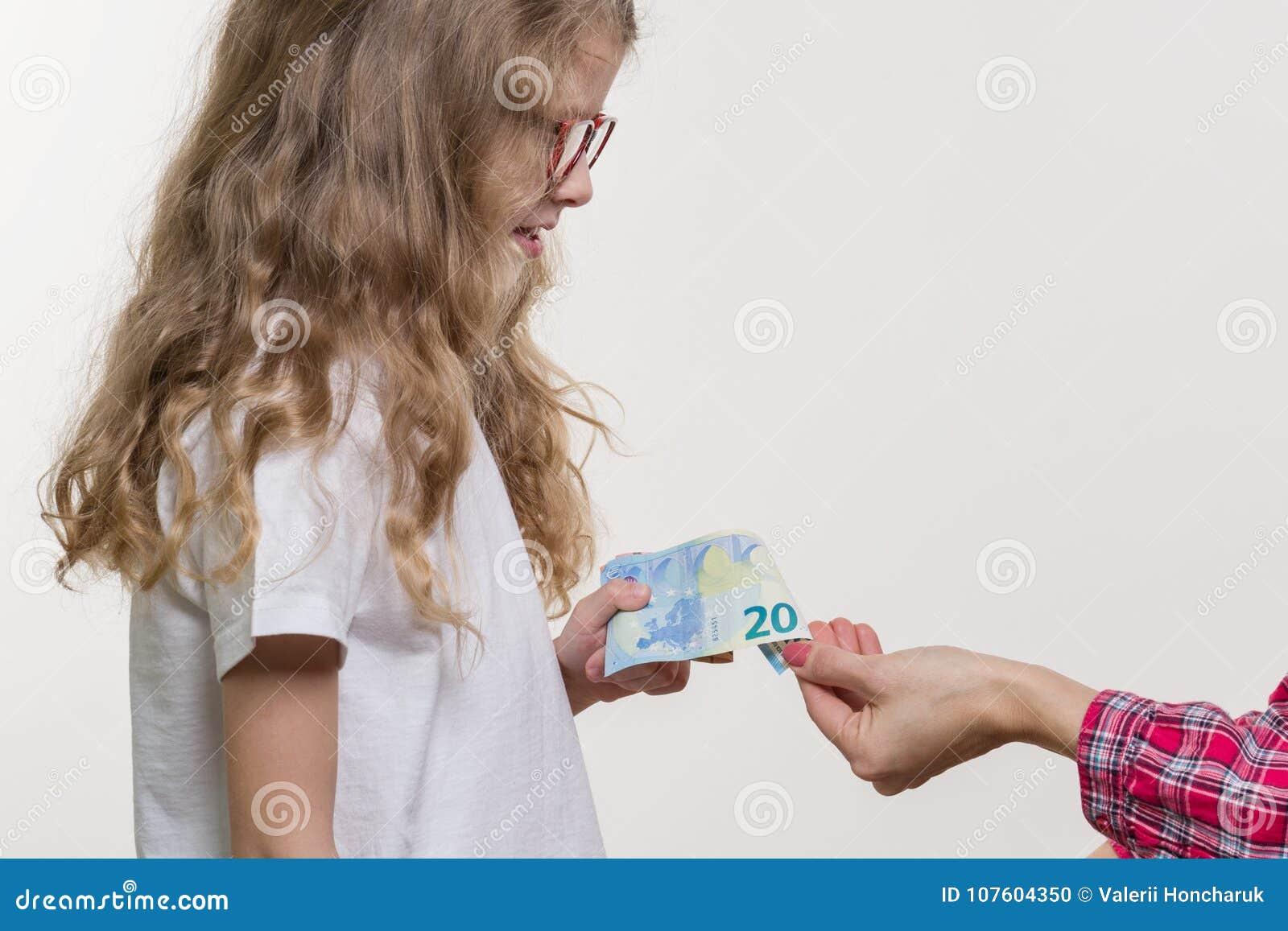 En fickpengar Mamman ger barnet kassa