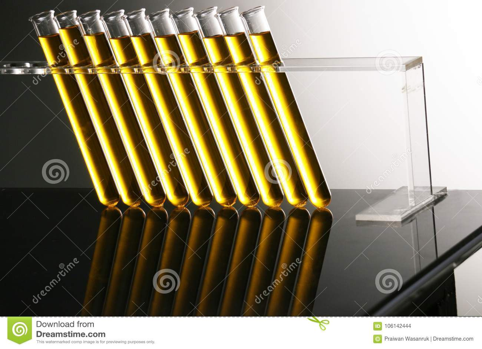 En fila tubo de oro