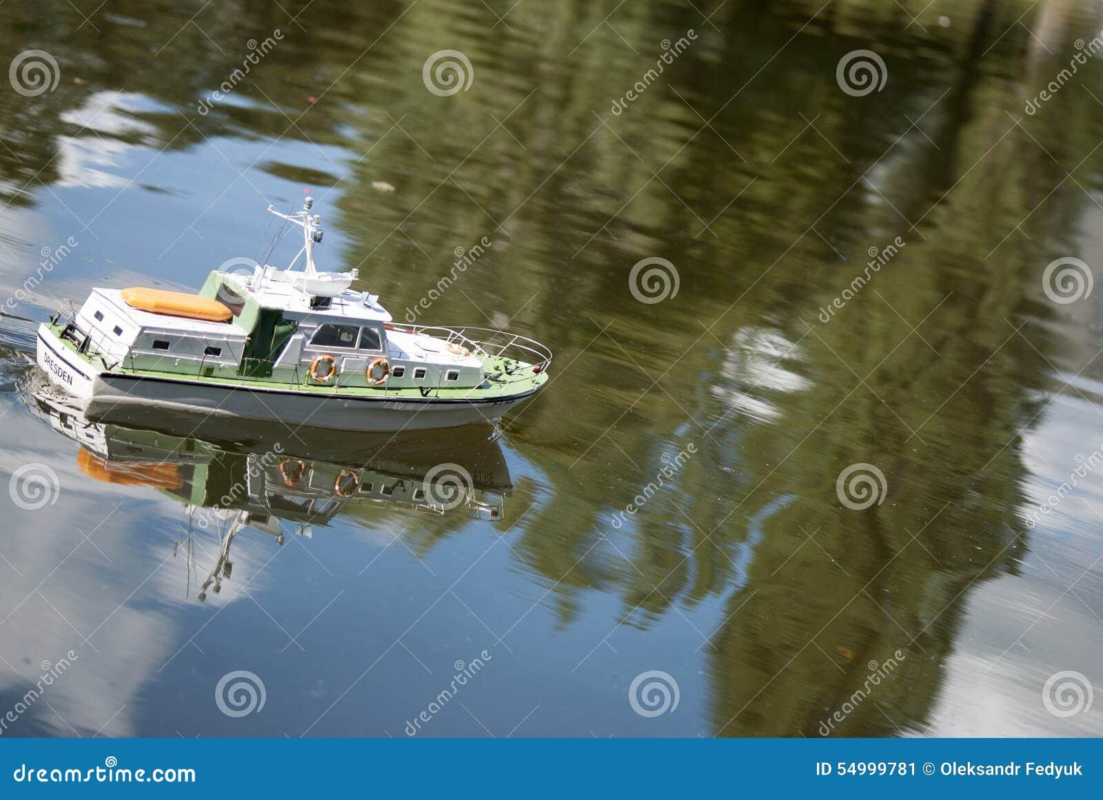 En fjärrstyrd militär snabb motorbåt