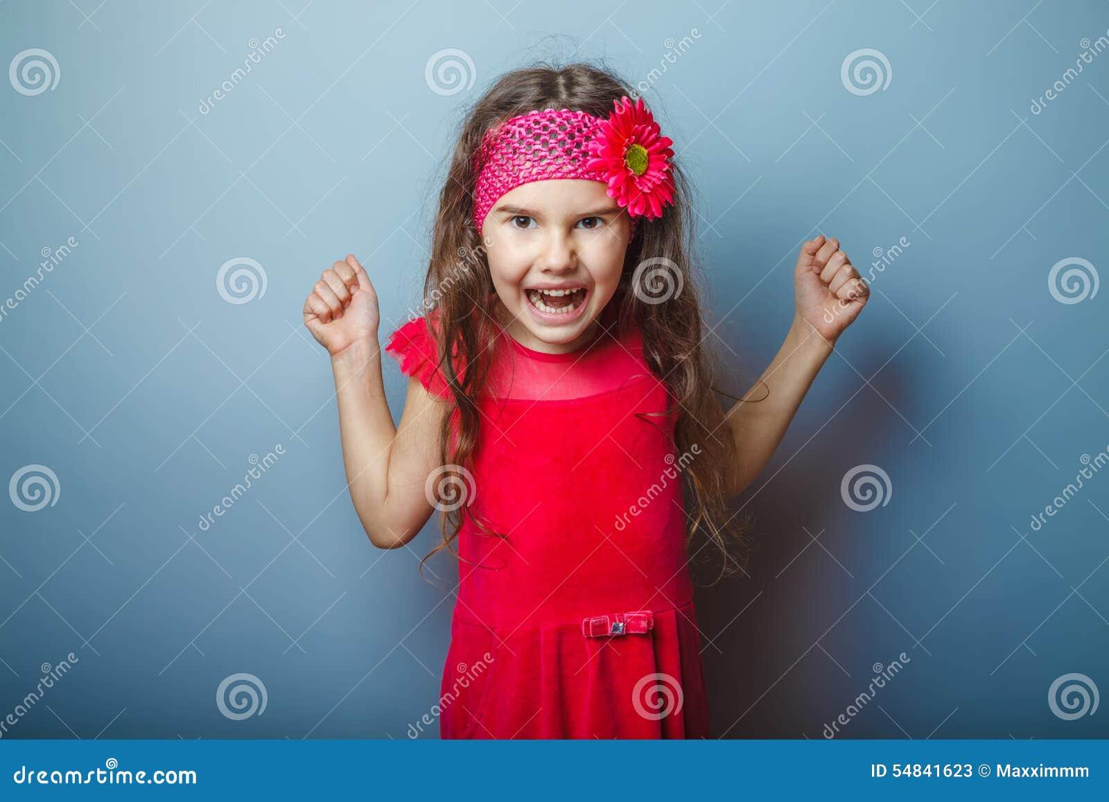 En flicka av den utseendemässiga brunetten för sju europé i a