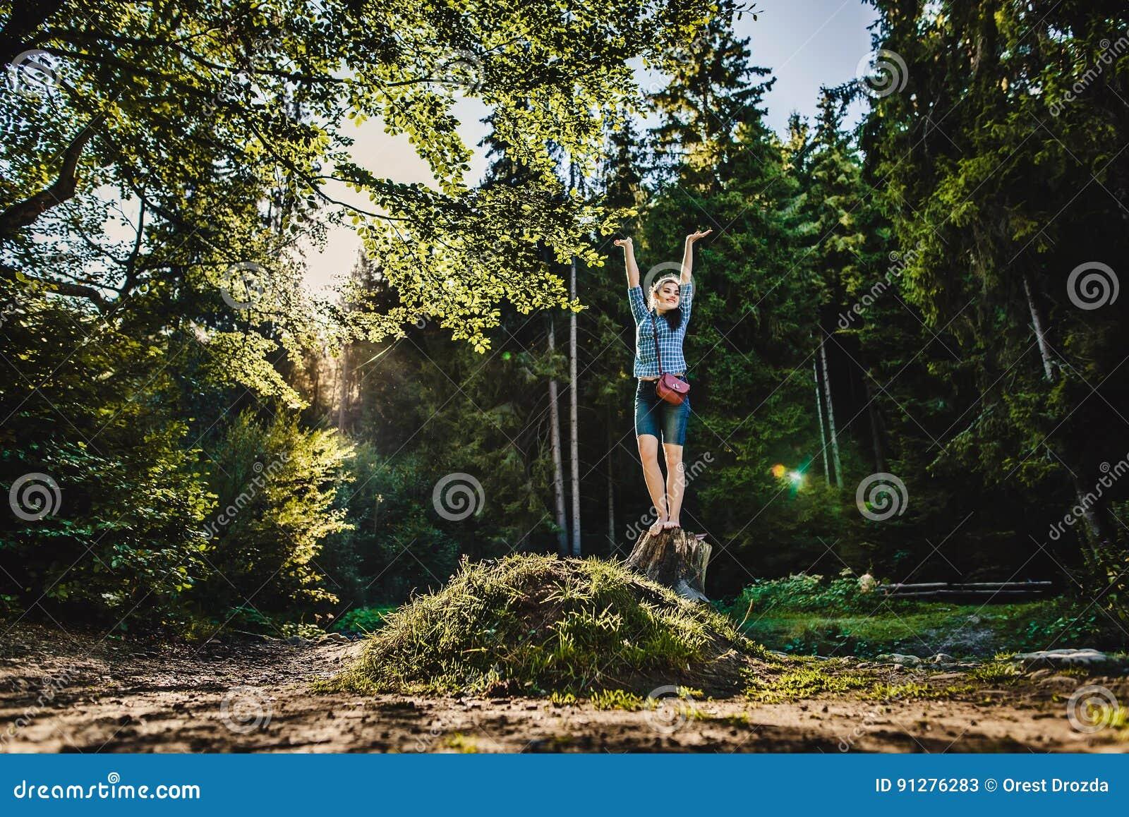 En flicka i en skog