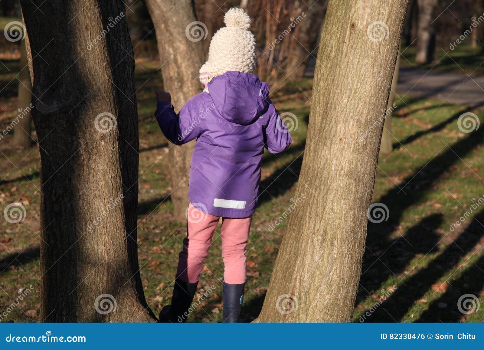 En flicka i en tree