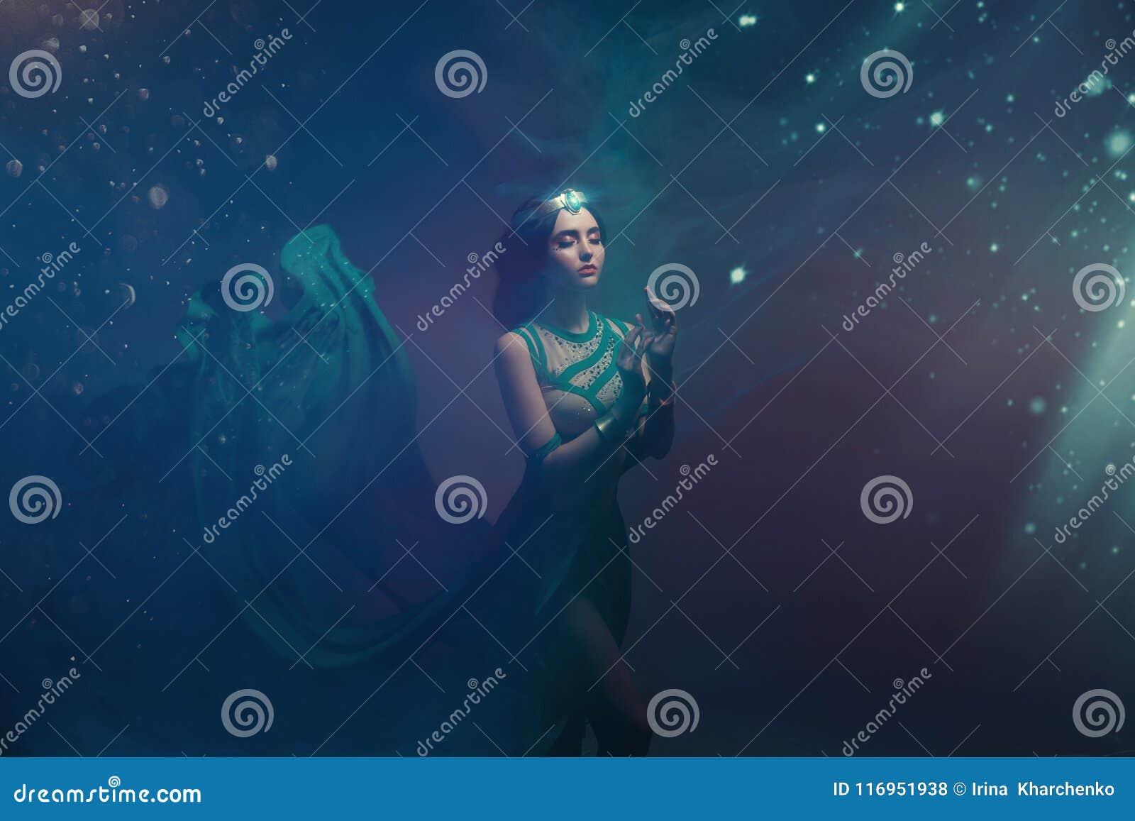 En flicka i orientalisk dress, drottning av stormen Prinsessa Jasmine Bakgrunden är en vridning och en stark vind studio