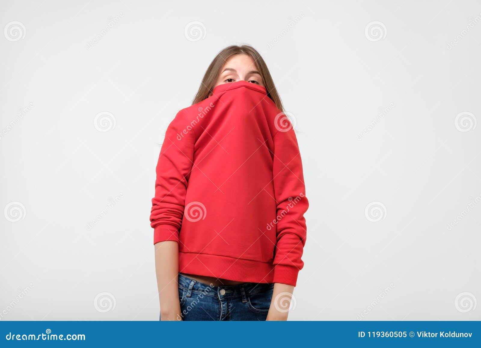 En flicka med en social fobi döljer hennes framsida i en tröja