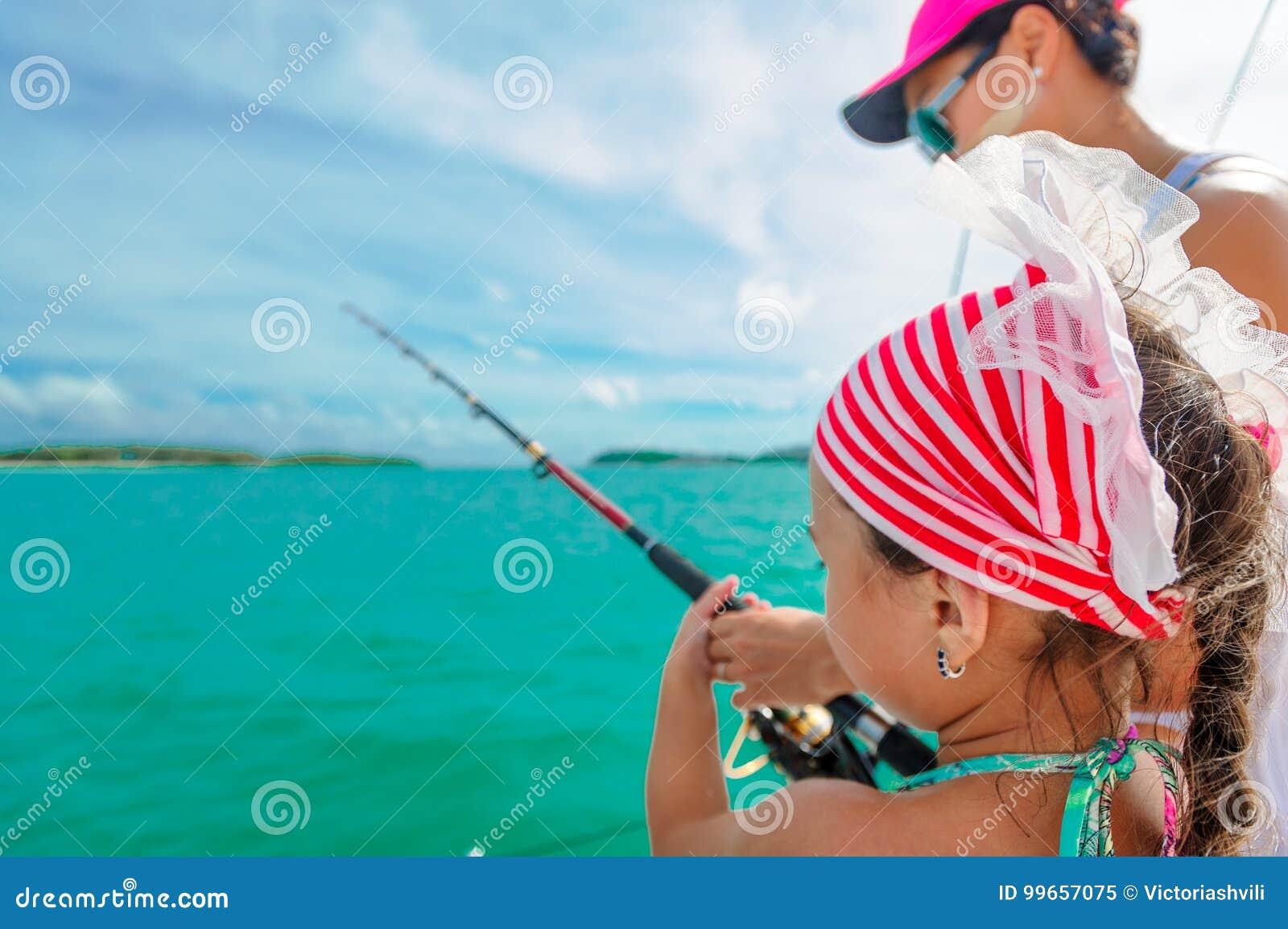 En flicka och hennes mammafiske på ett fartyg Färgrik tropisk modell