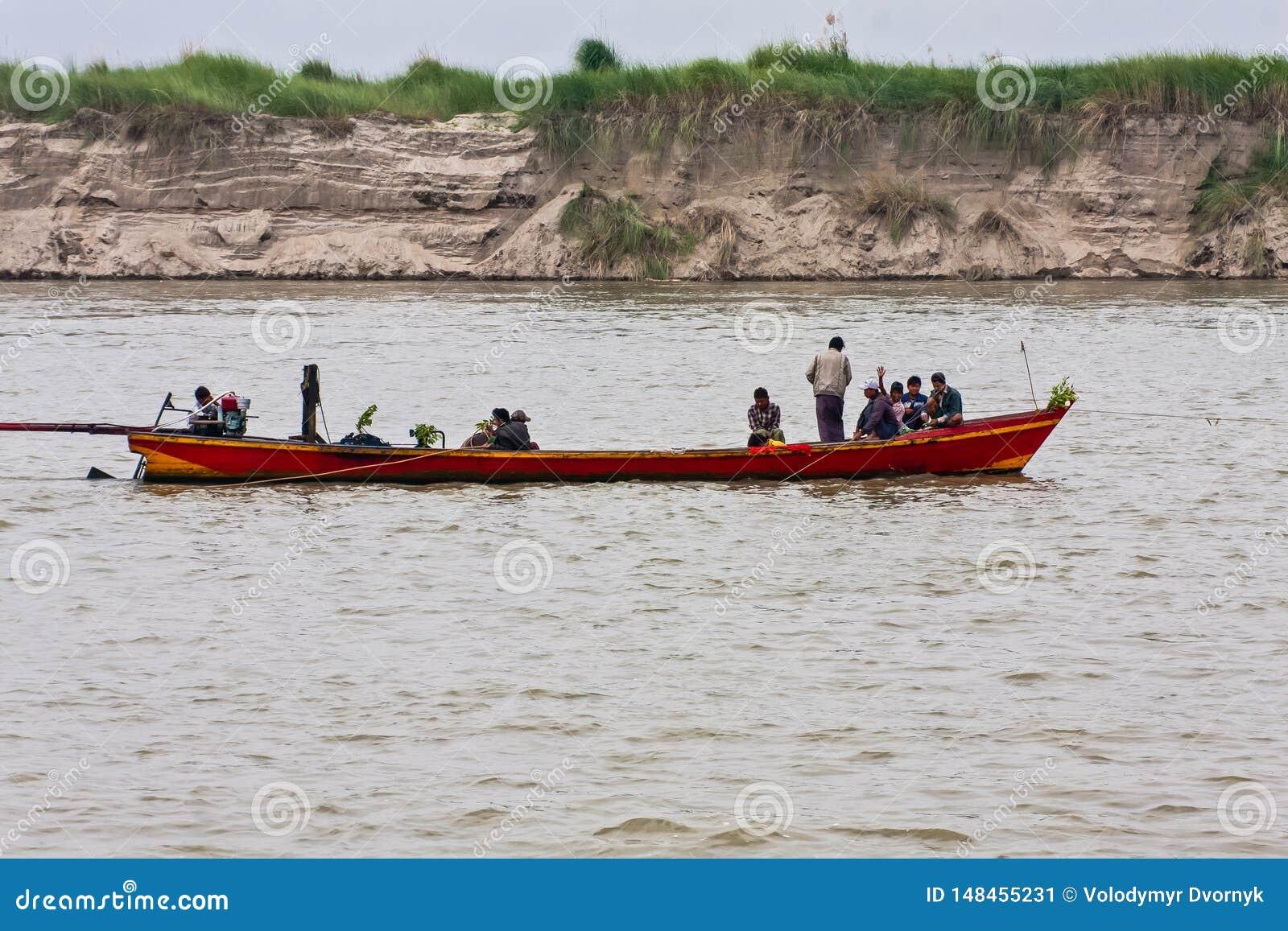 En flodtaxi på den Irrawaddy floden nära Mandalay, Myanmar