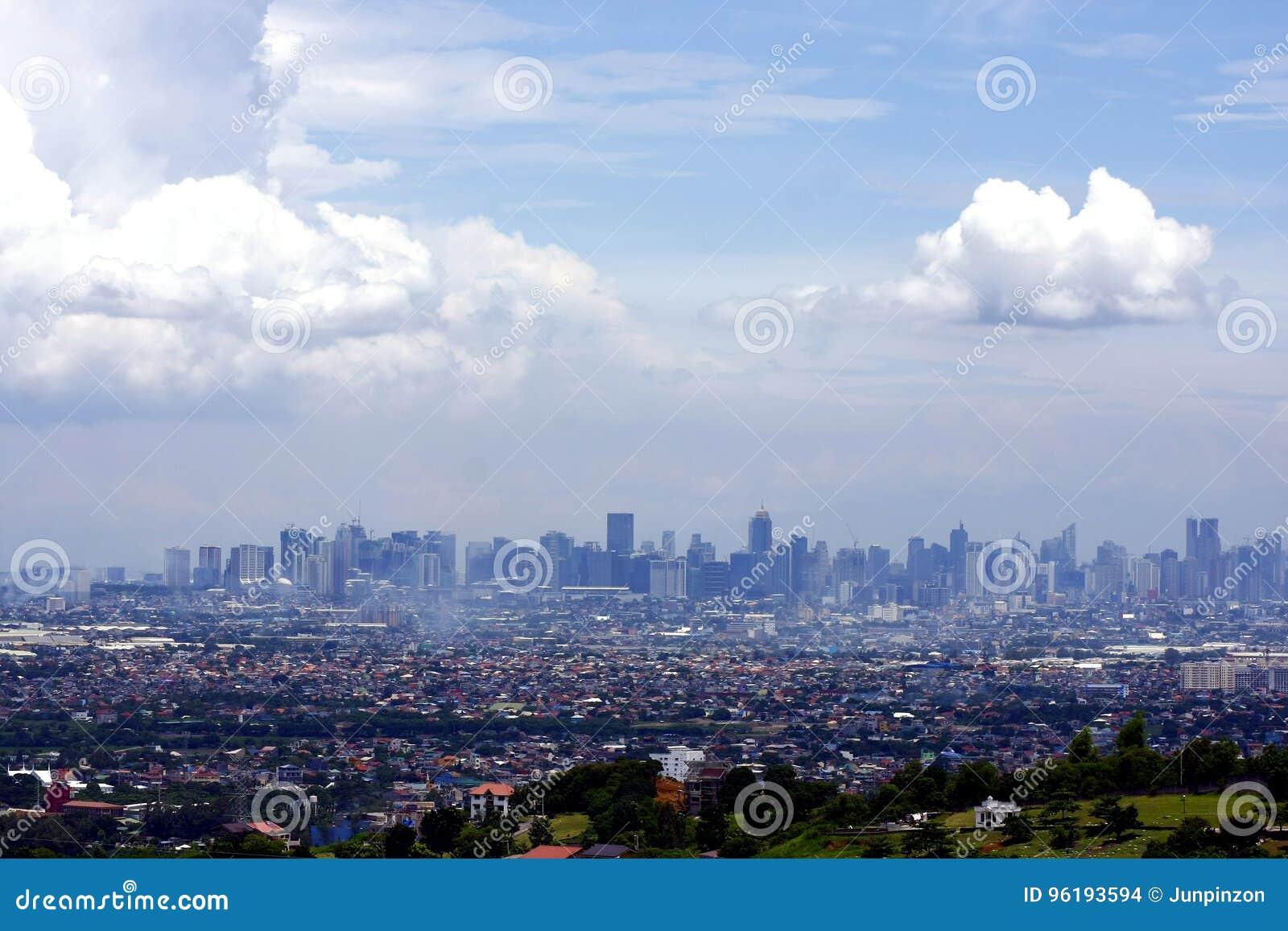 En flyg- sikt av kommersiella och bostads- byggnader och etableringar i städerna av Cainta, Taytay, Pasig, Makati och Taguig