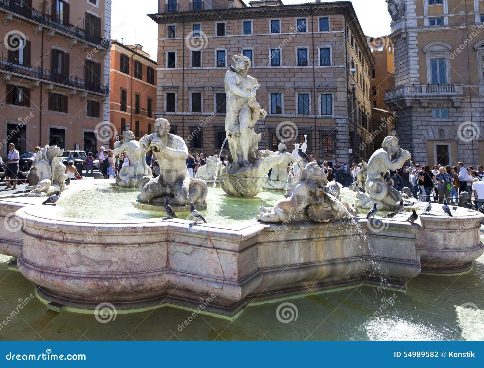En folkmassa av den turistbesökNavon fyrkanten och hedens springbrunn på September 20, 2010 i Rome, Italien
