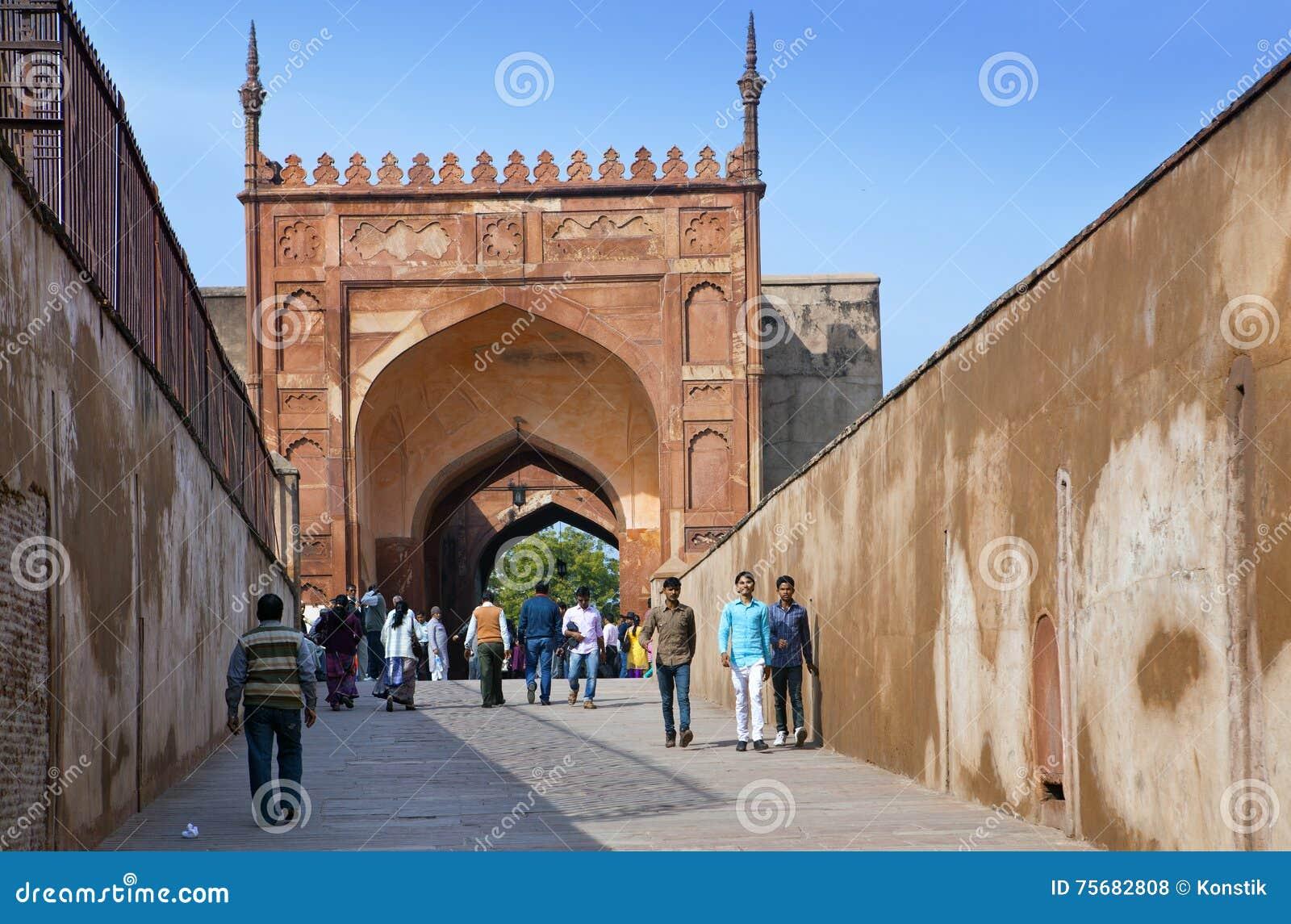 En folkmassa av turister besöker det röda fortet Agra på Januari 28, 2014 i Agra, Uttar Pradesh, Indien Fortet är den gamla Mugha