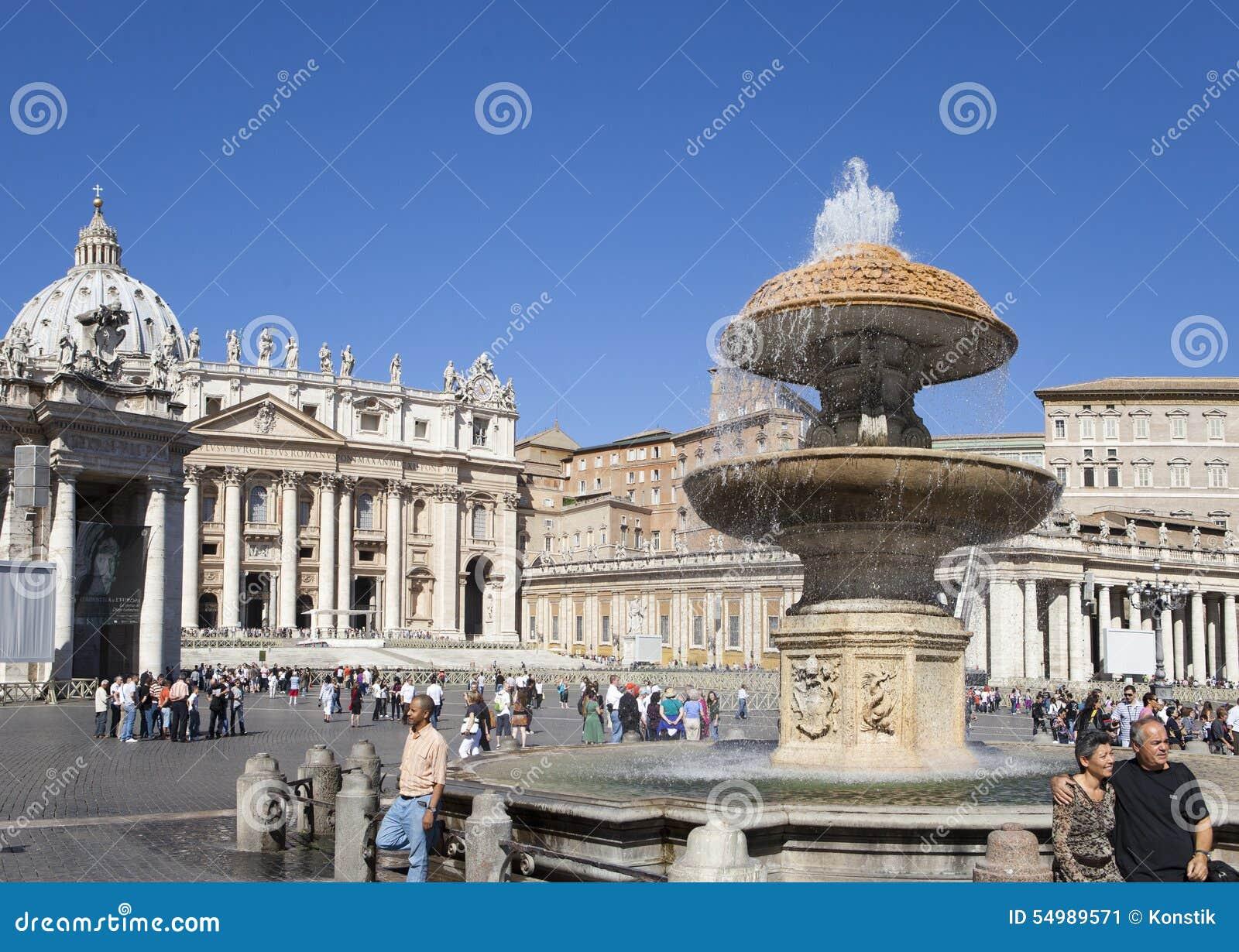 En folkmassa av turister besöker fyrkanten för Sts Peter domkyrka, Rome, Italien på September 20, 2010 i Vaticanen, Rome, Italien