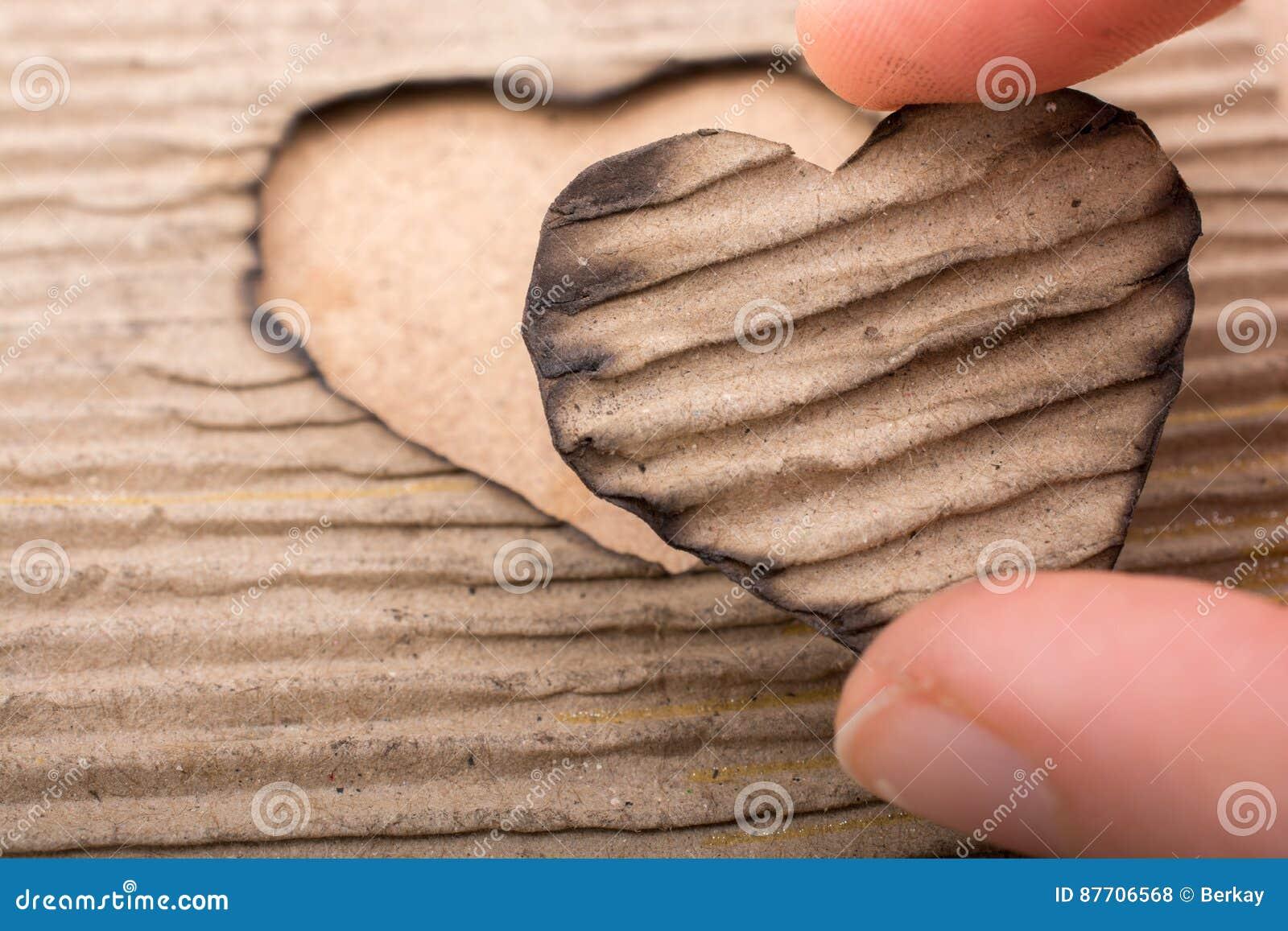 En forme de coeur brûlé hors d un carton