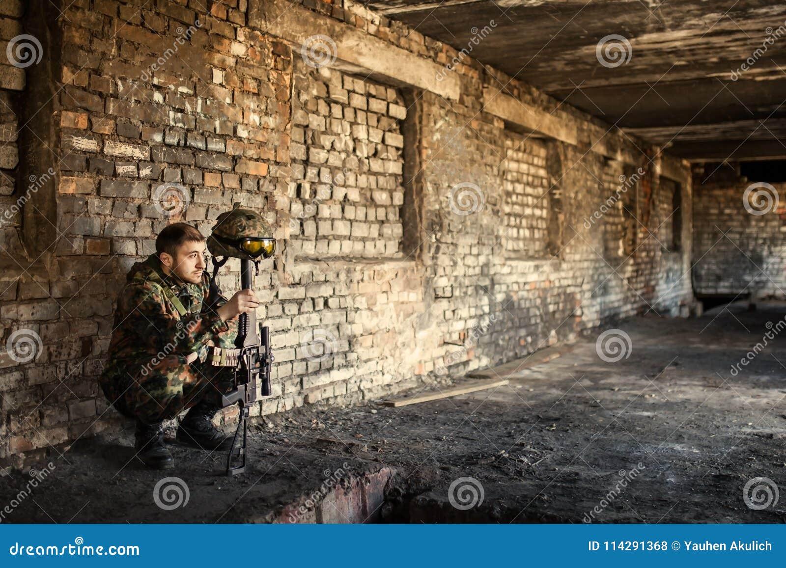 En fundersam soldat som vilar från en militär operation