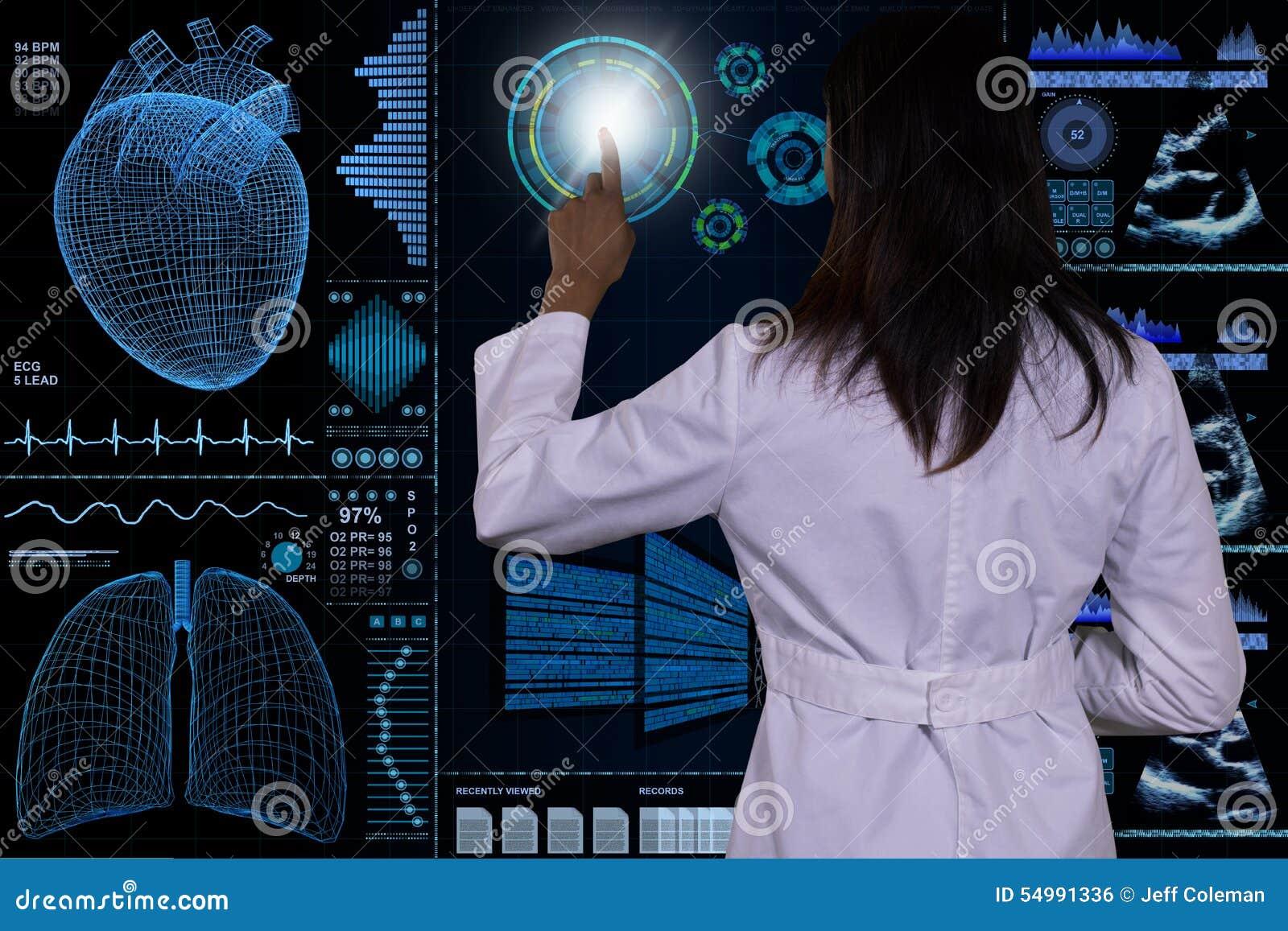 En futuristisk datormanöverenhet svävar framme av en kvinnlig doktor