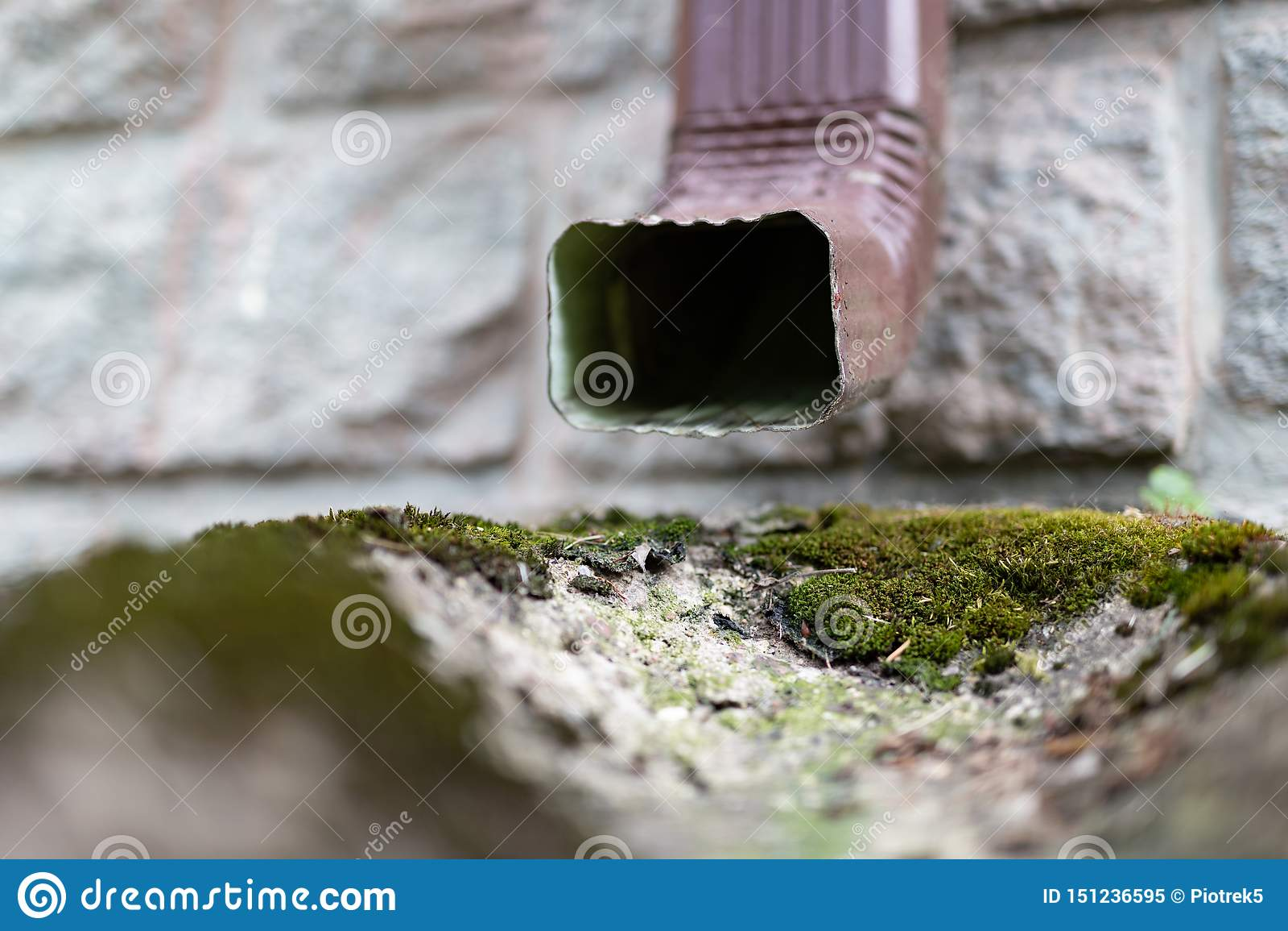 En gammal avloppsränna i en småhus Regnvattendränering från taket