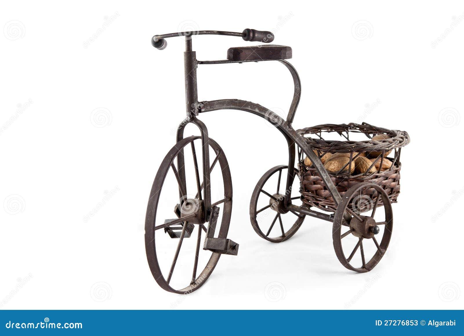 En gammal cykel som bär en korg av muttrar