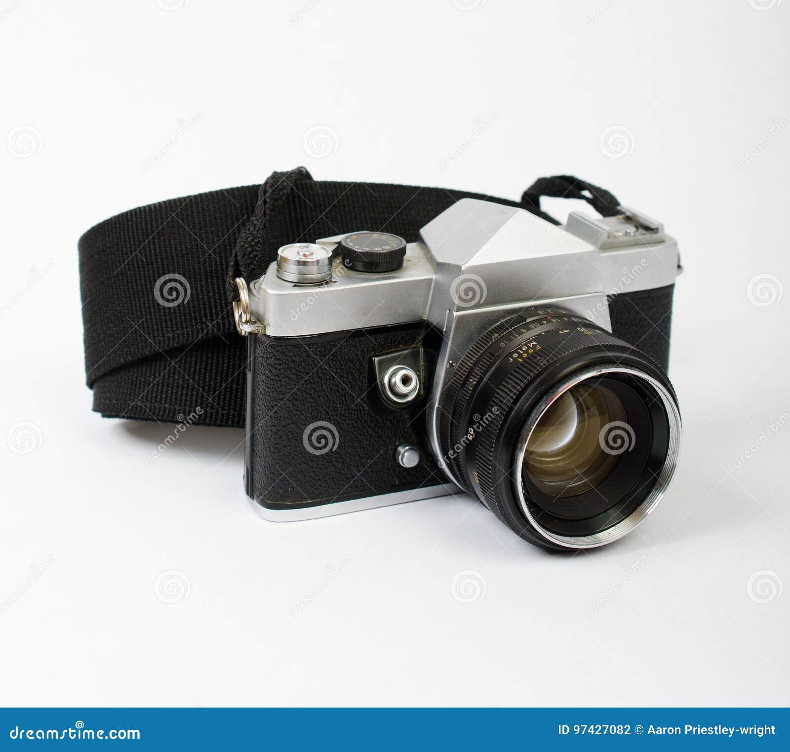 En gammal kamera på en vinkel med en rem