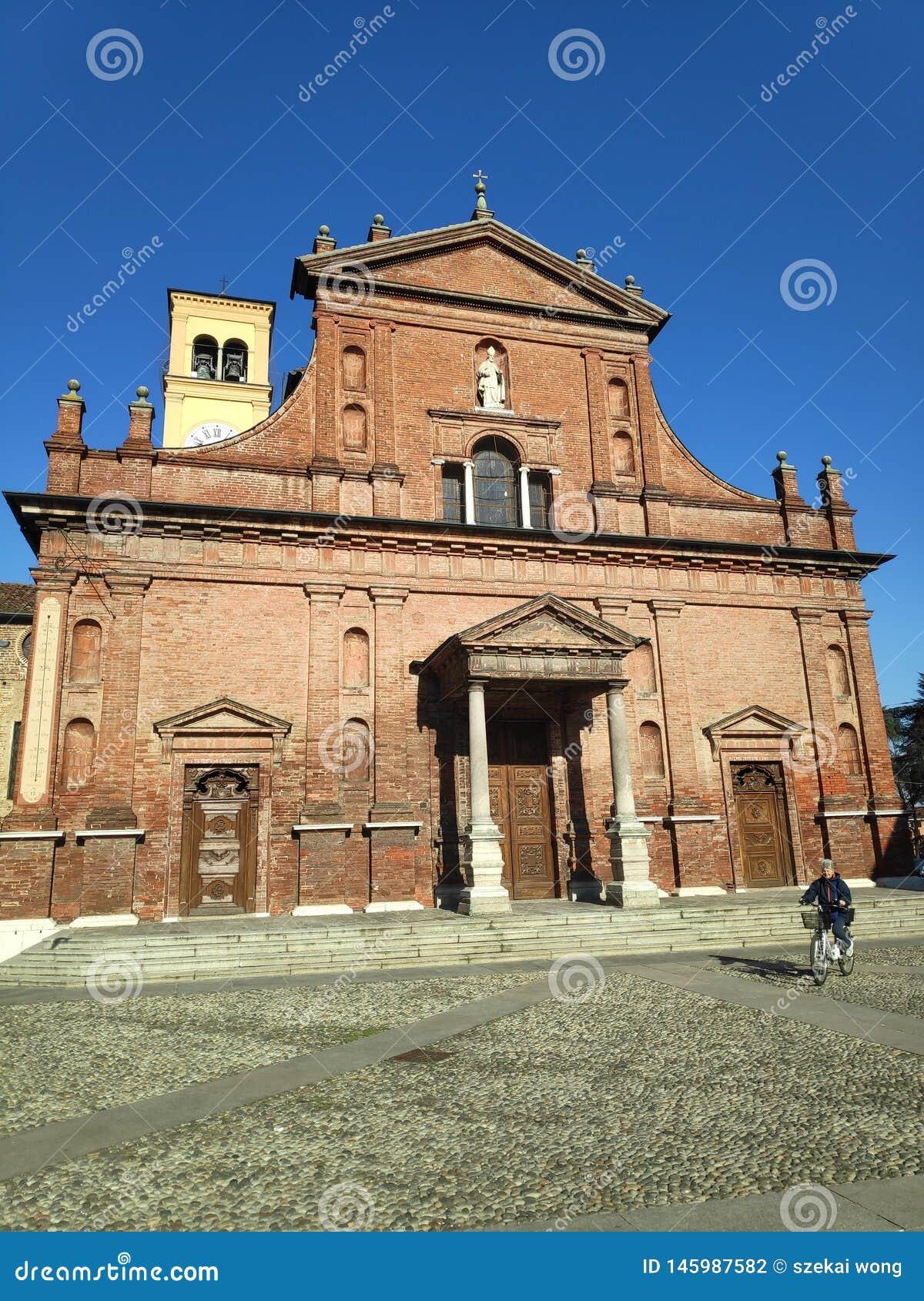 En gammal kyrka från en liten stad