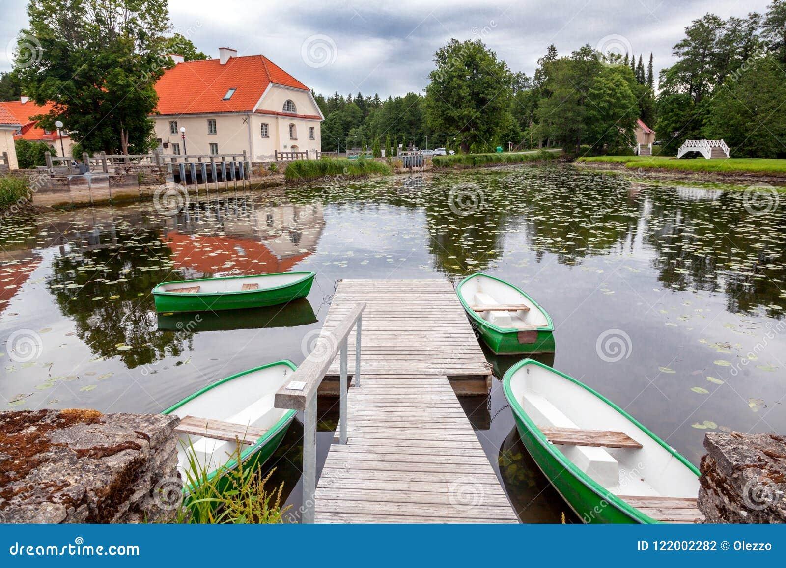 En gammal mangårdsbyggnad Vihula i Estland, Lahemaa parkerar Härlig su