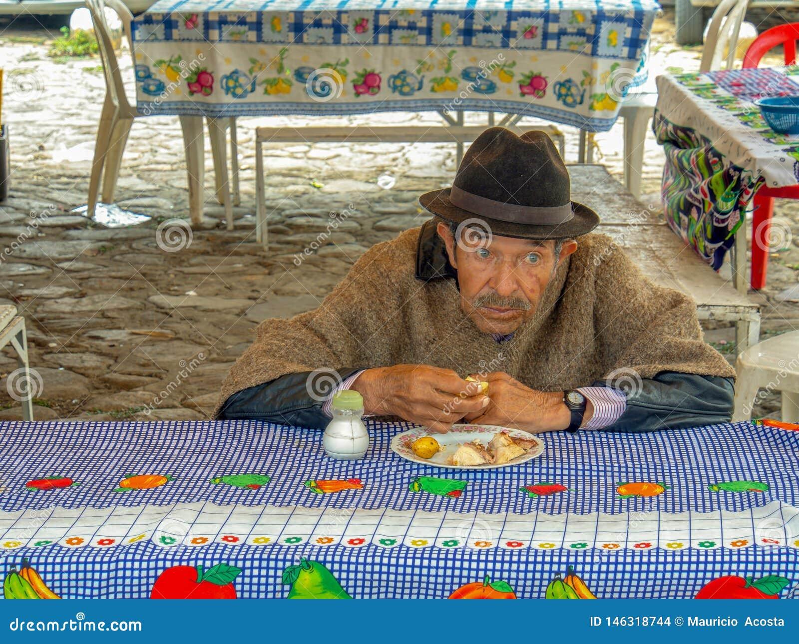 En gammal regional bonde äter hans lunch