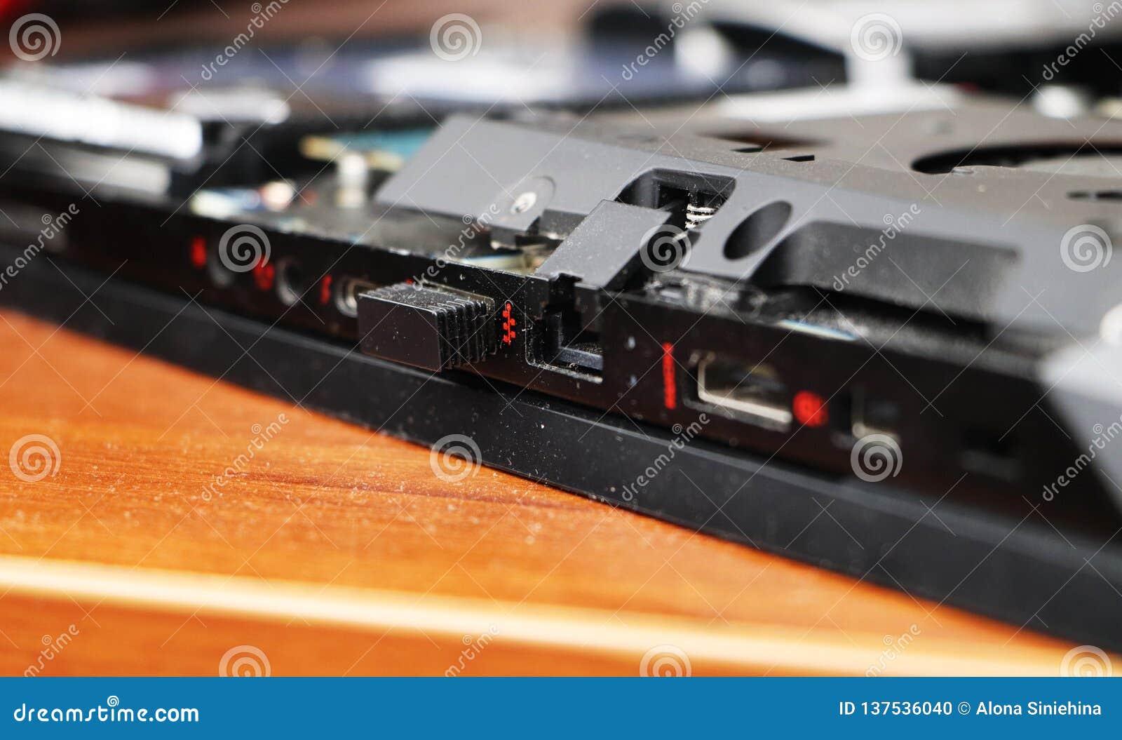 En geek gör ren en bärbar datorkylare Kontaminerad datorkylsystem