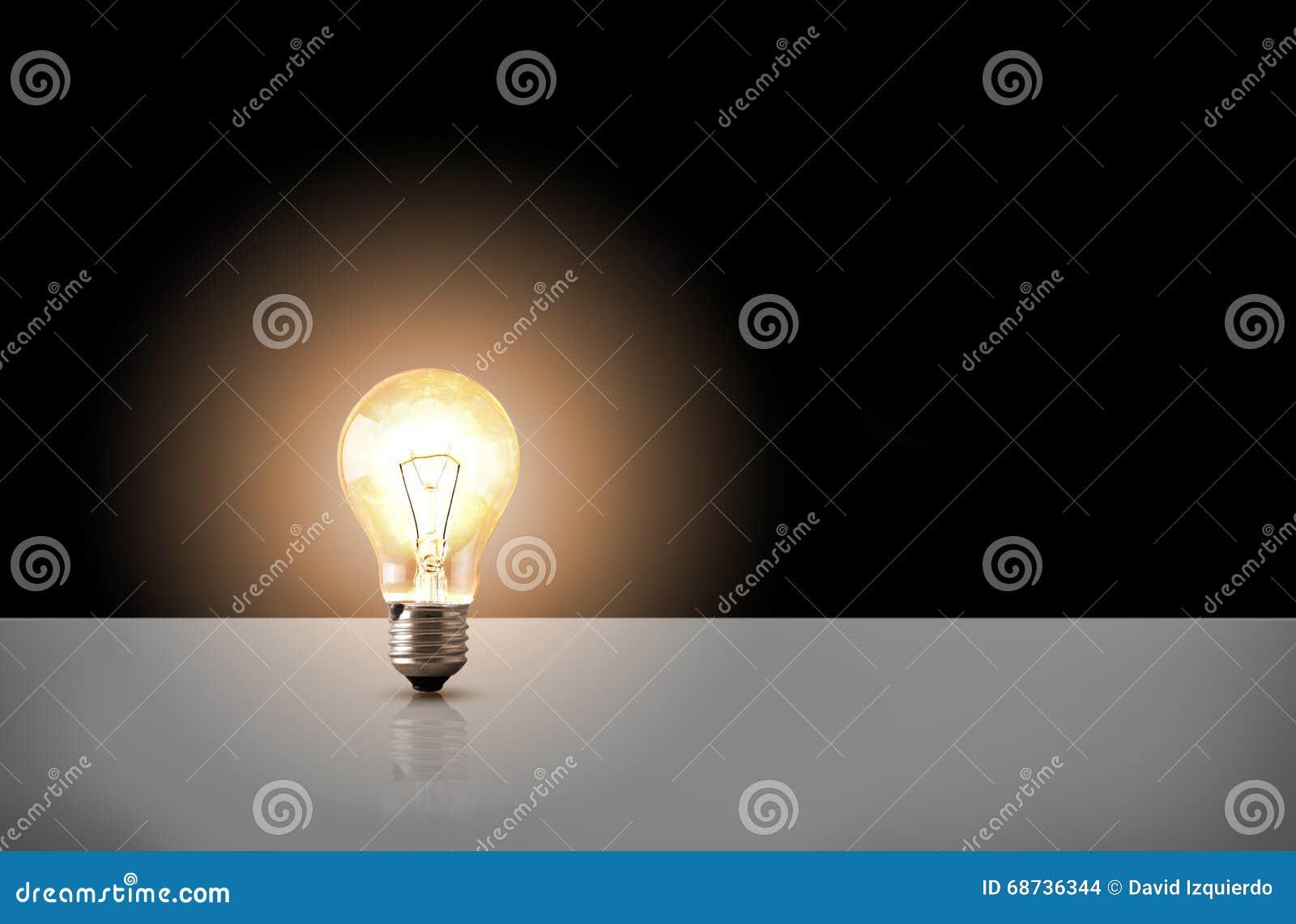 En glödande ljus kula på svart bakgrund