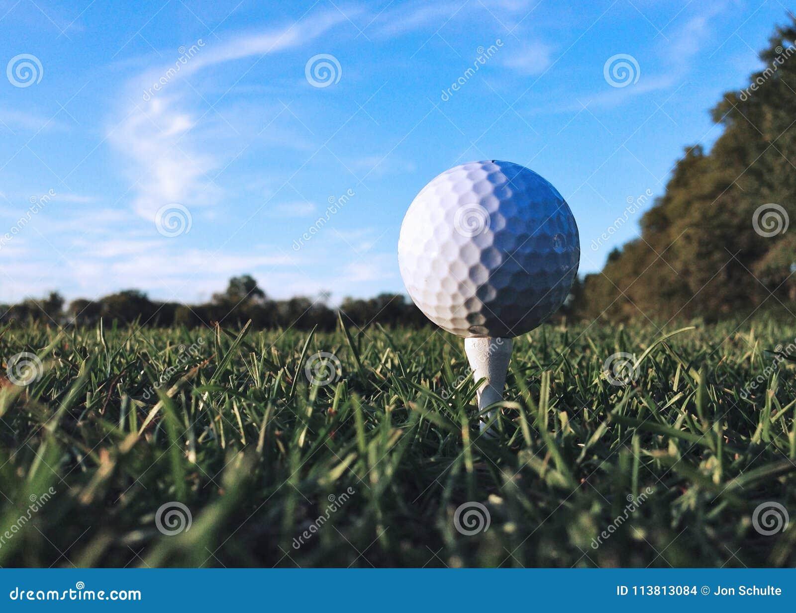 En golfboll på en utslagsplats