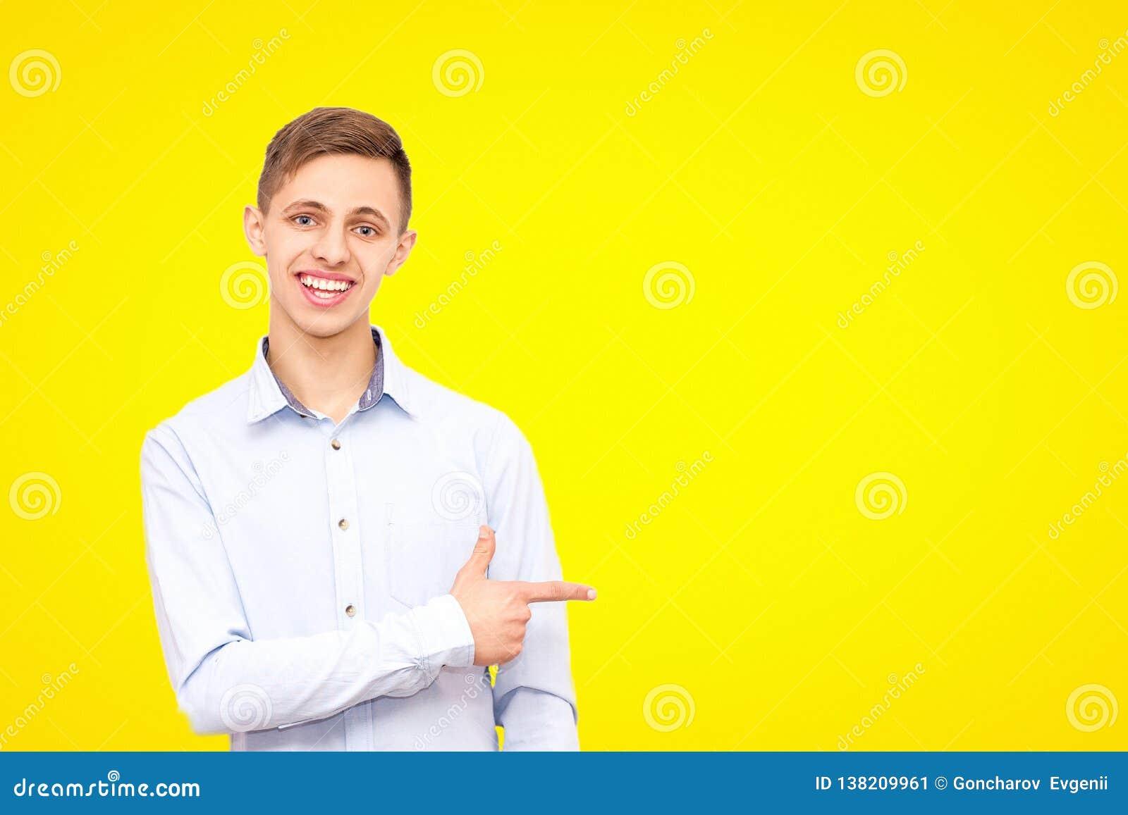 En grabb i en blå skjorta annonserar en produkt som isoleras på en gul bakgrund