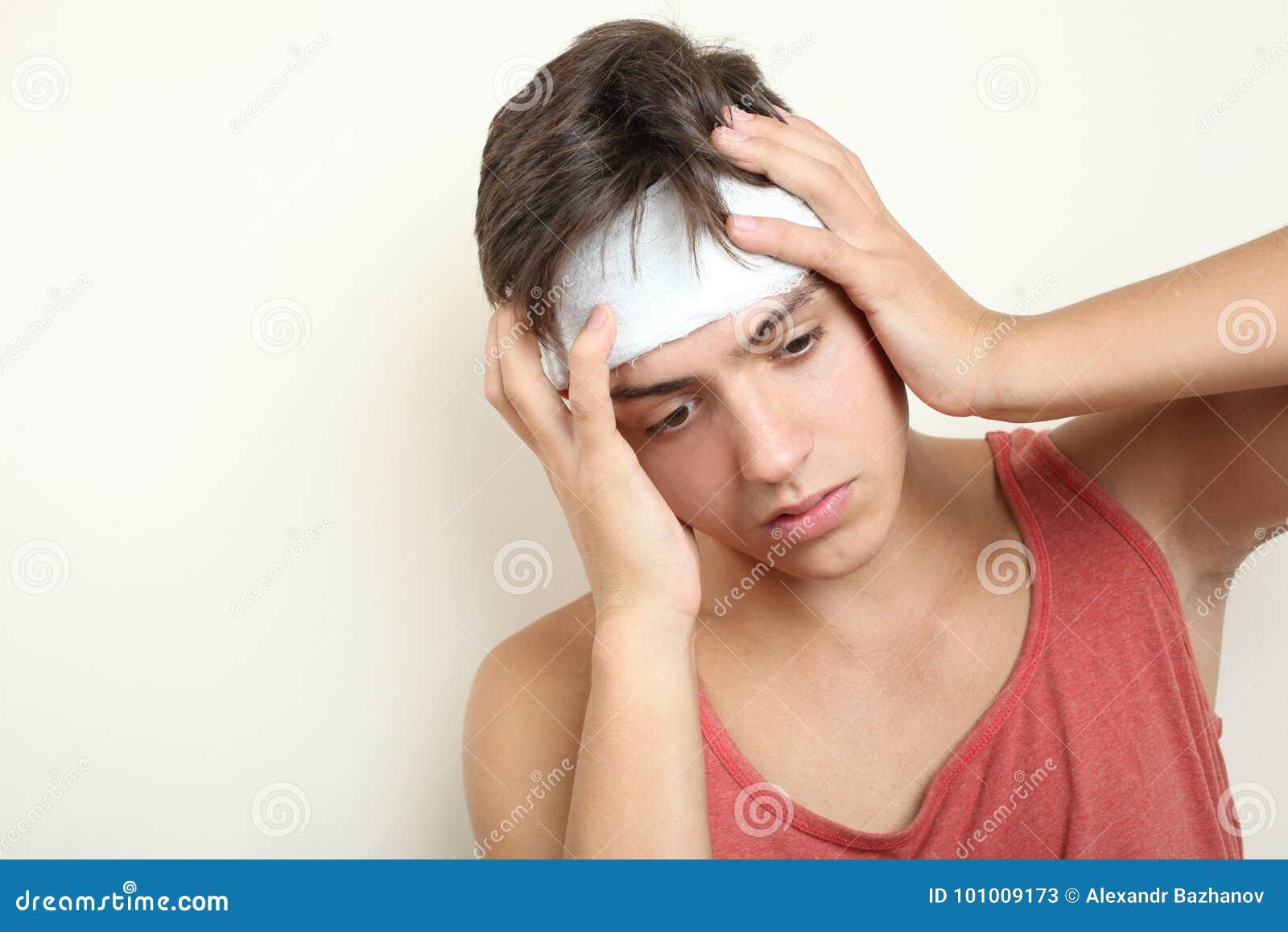 En grabb med en head skada