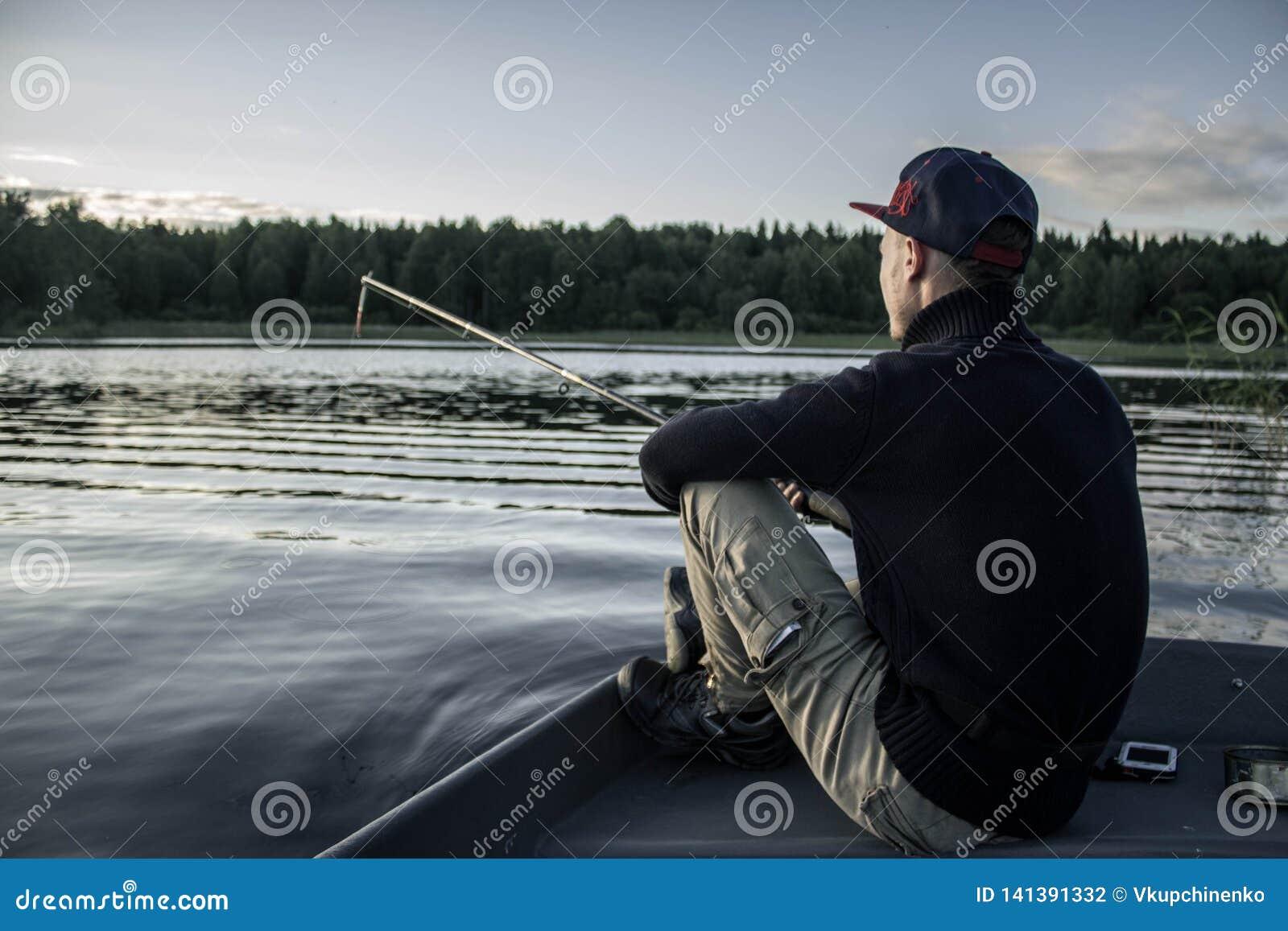 En grabb med en metspö fiskar