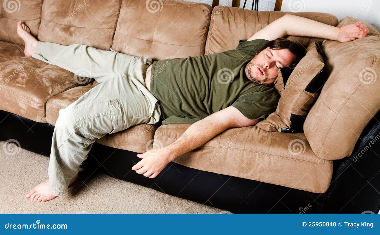 En grabb slängde alla över soffan