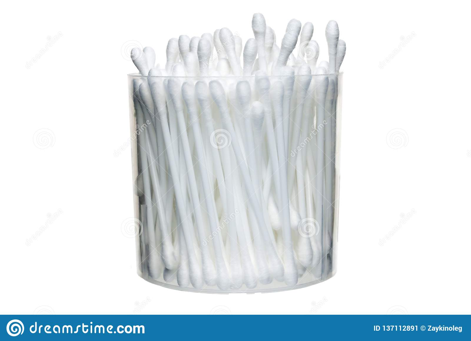 En grupp av bomullsbomullstoppar i en plast- behållare på en vit bakgrund isolate