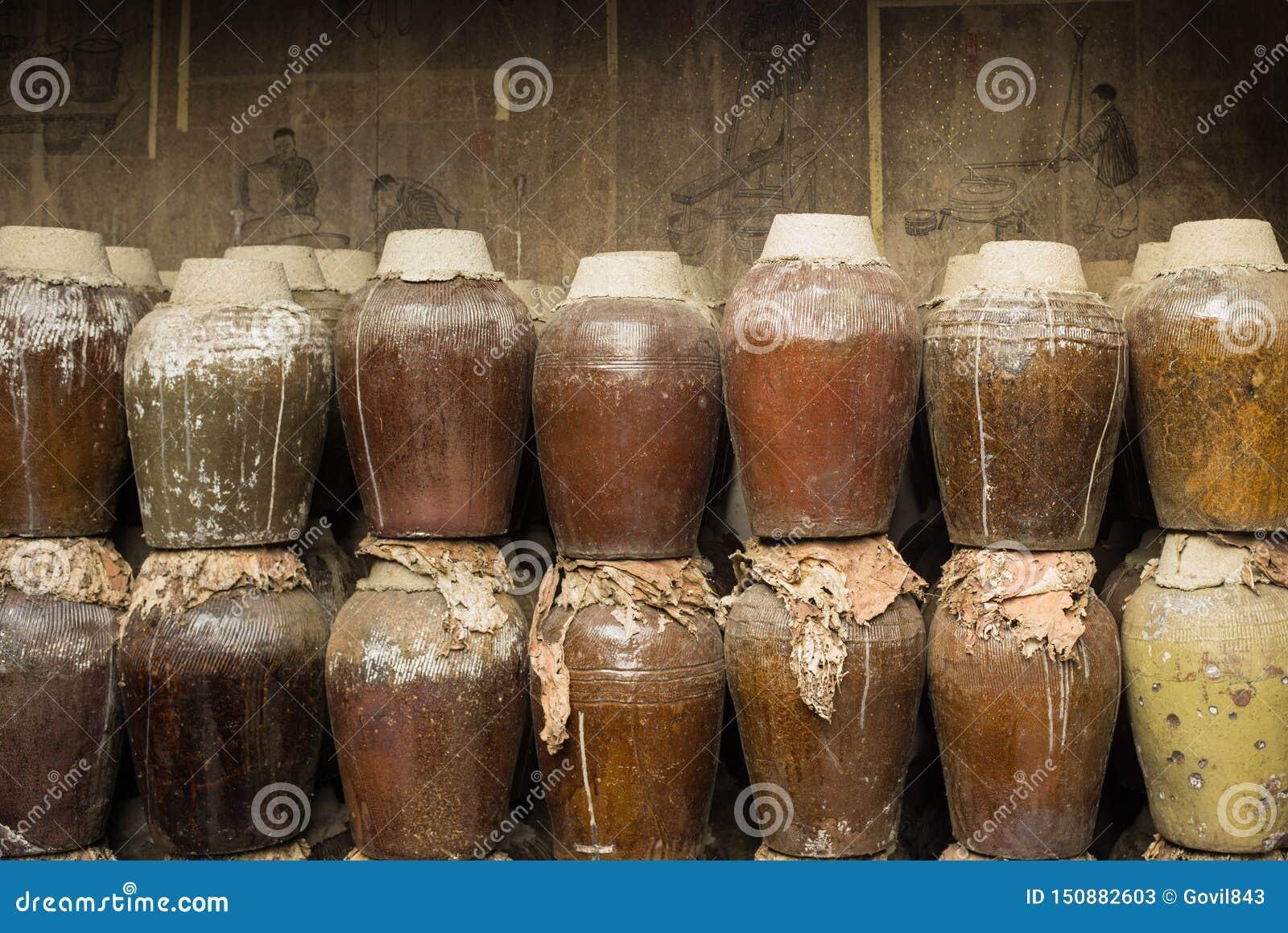 En grupp av den förseglade keramiska öltrumman som lagras i en ölfabrik i Zhouzhuang vattenstad, Kina