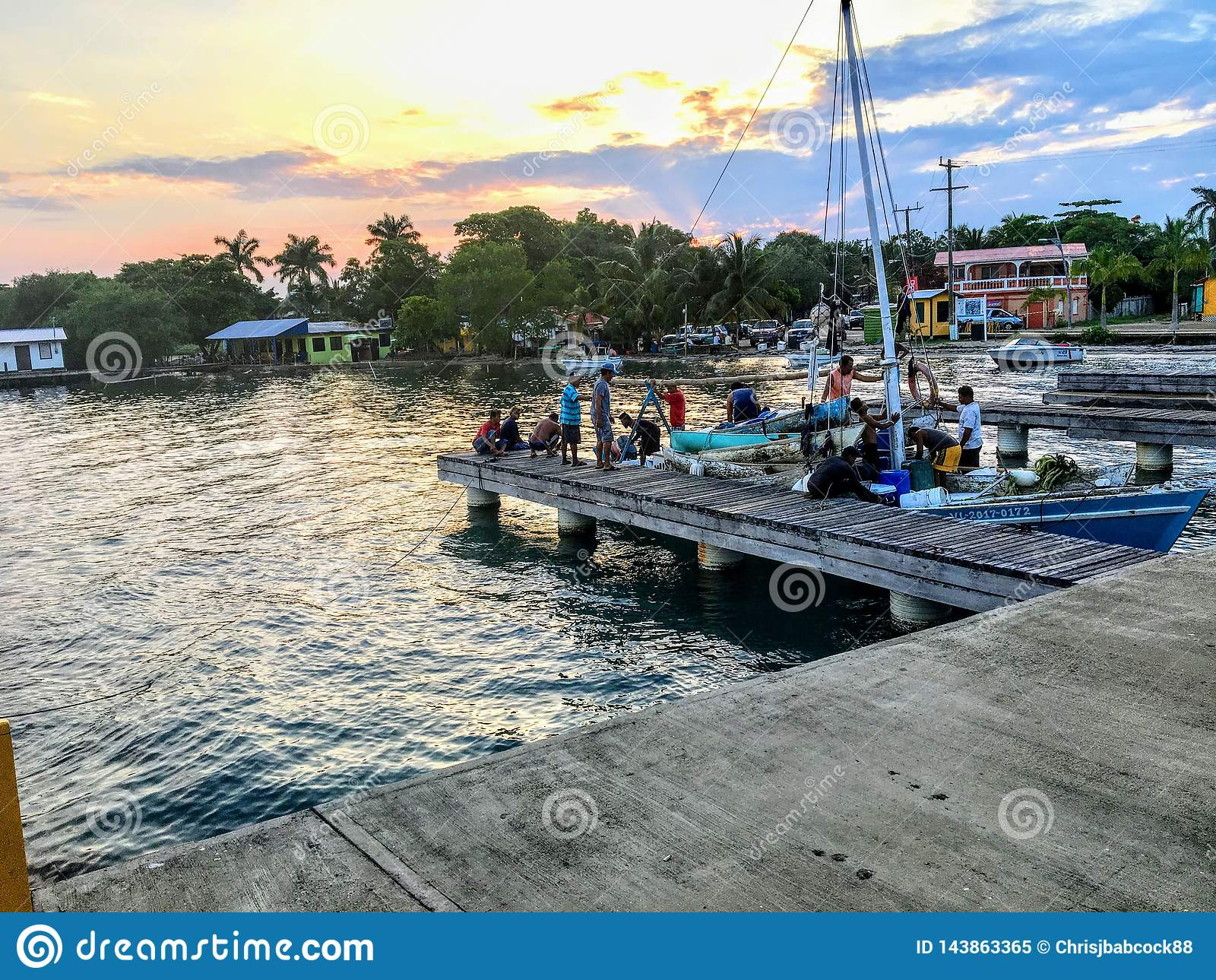 En grupp av den lokala beliziska fiskaren att g? deras fartyg tillbaka till skeppsdockan efter en dag av fiske som solupps?ttning