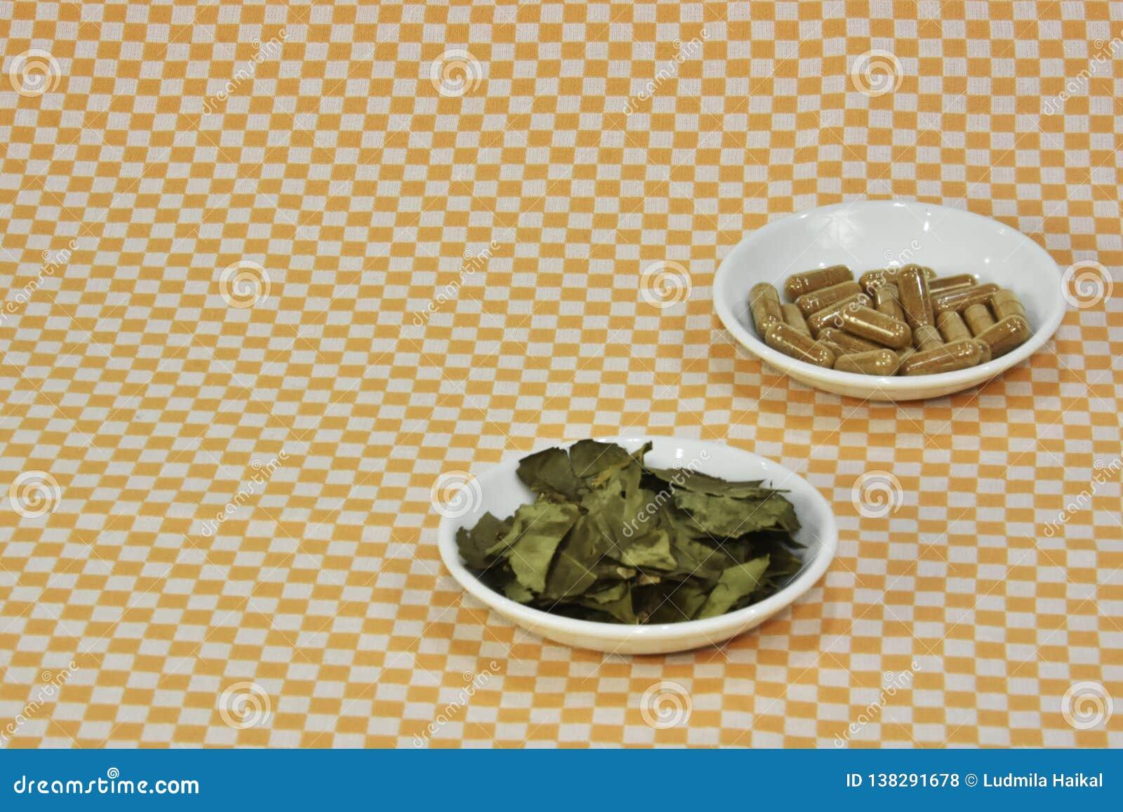 En grupp av grönt te, på bladkapslar eller piller på disk