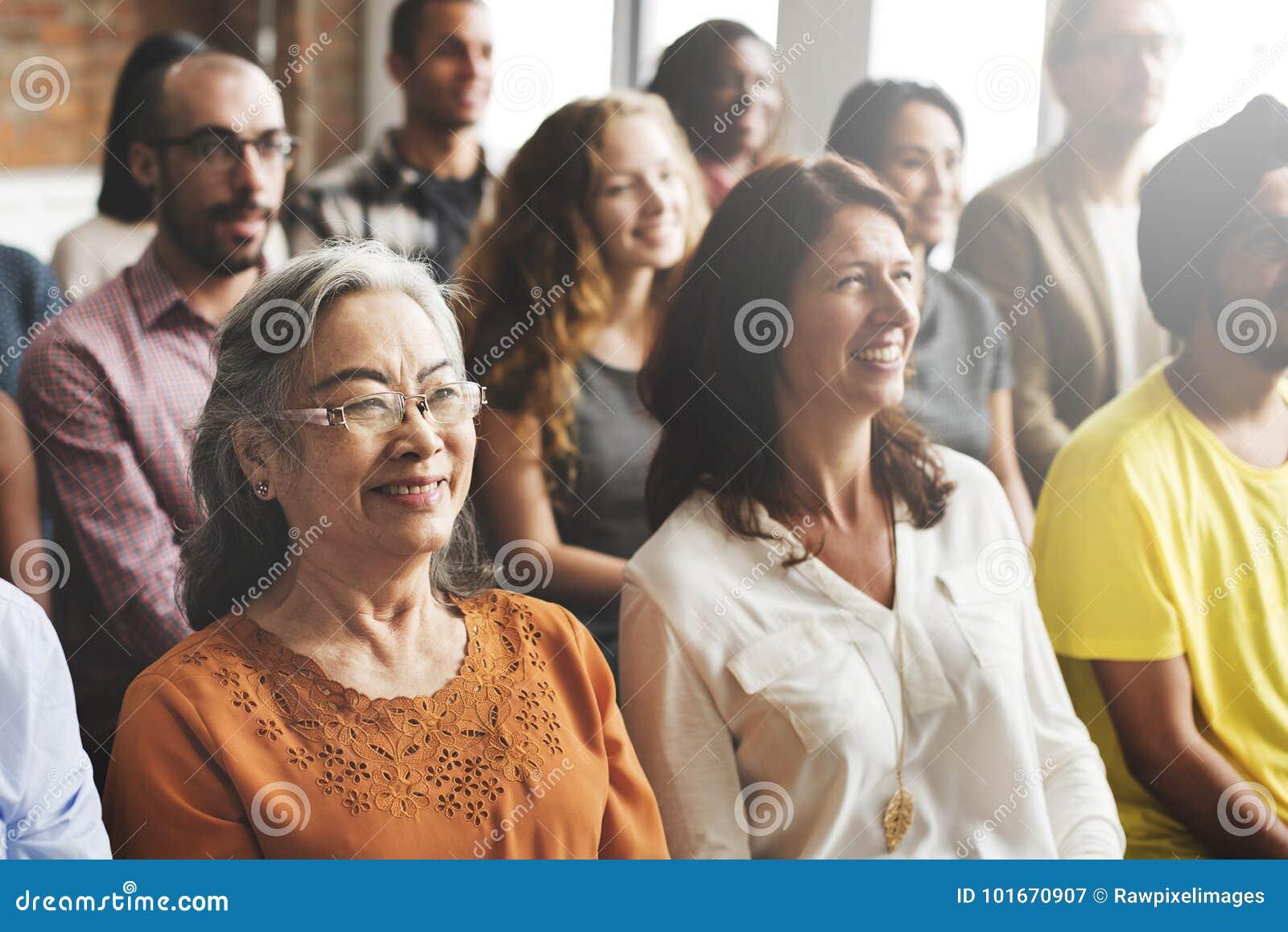 En grupp av olika åhörare i ett möte