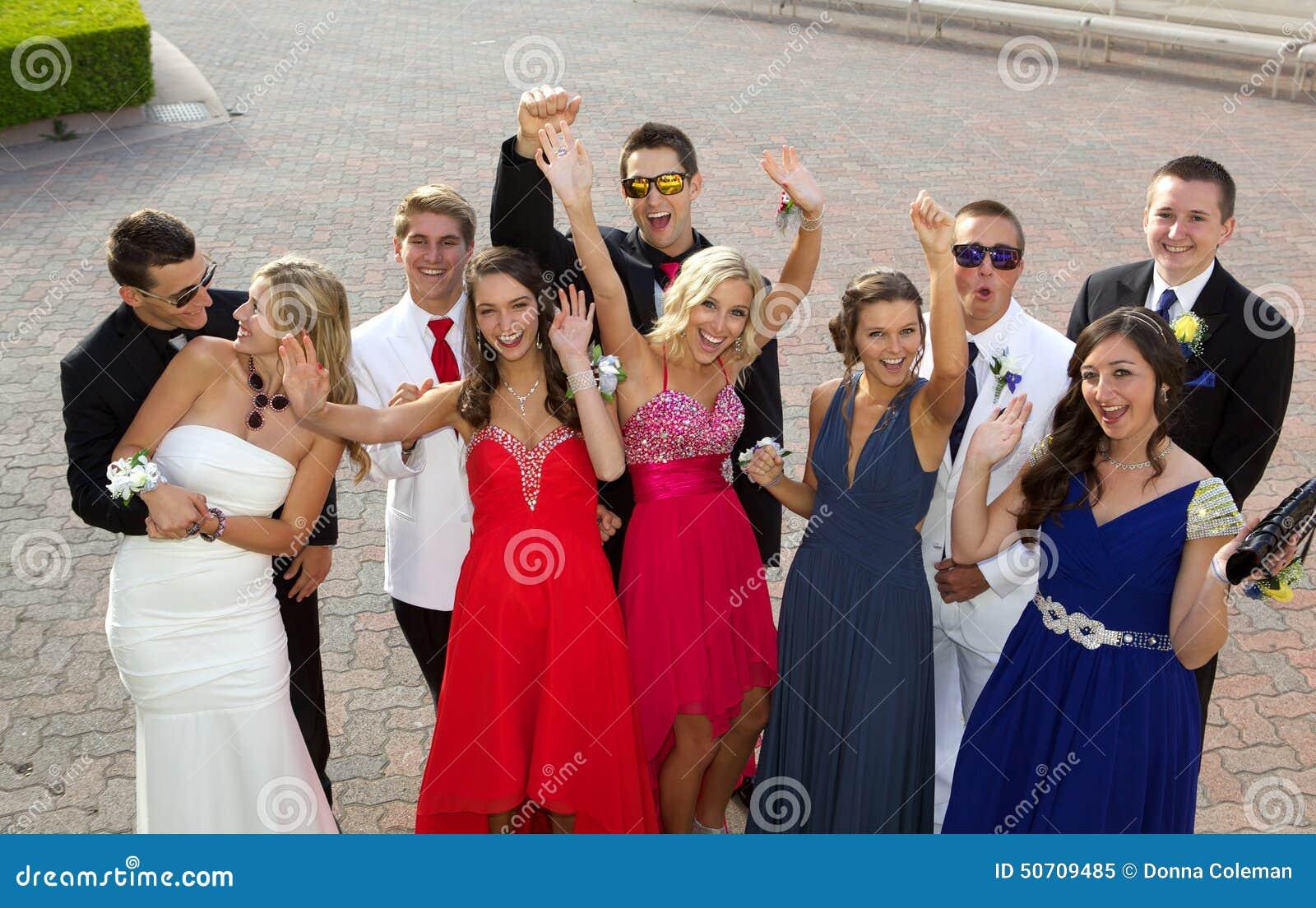 En grupp av tonåringar på studentbalen som poserar för ett foto