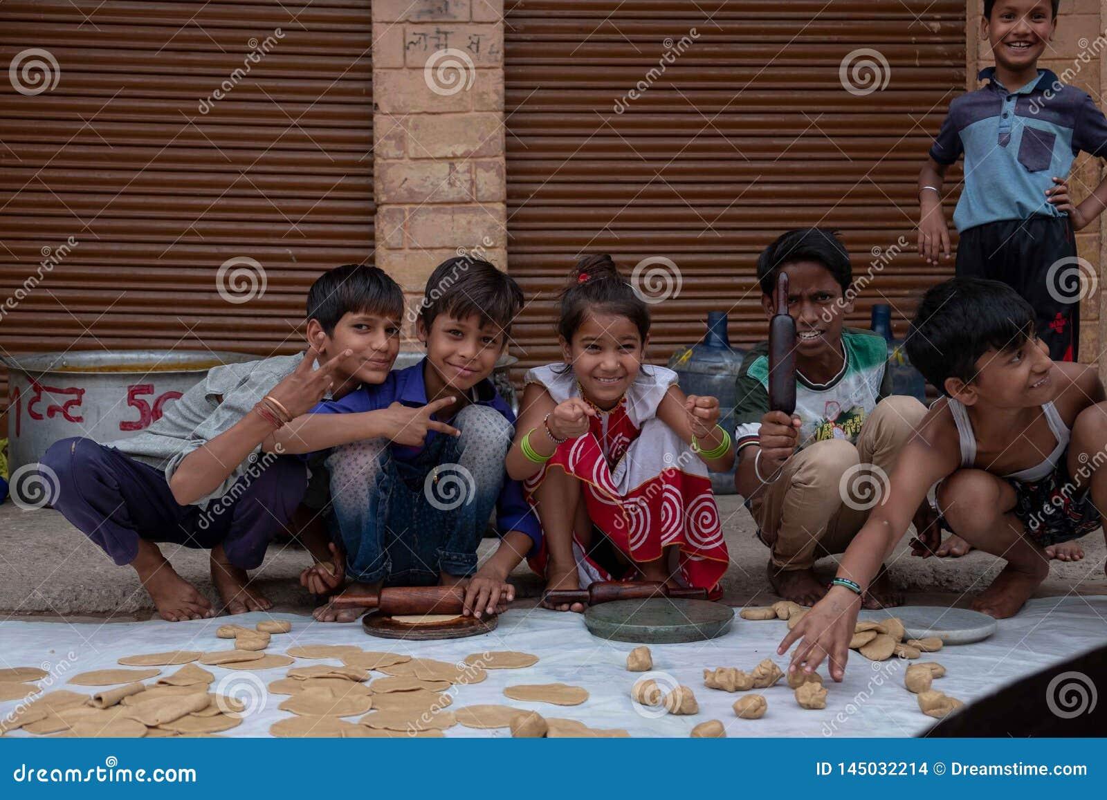 En grupp av ungar poserar för ett foto, medan rulla roti
