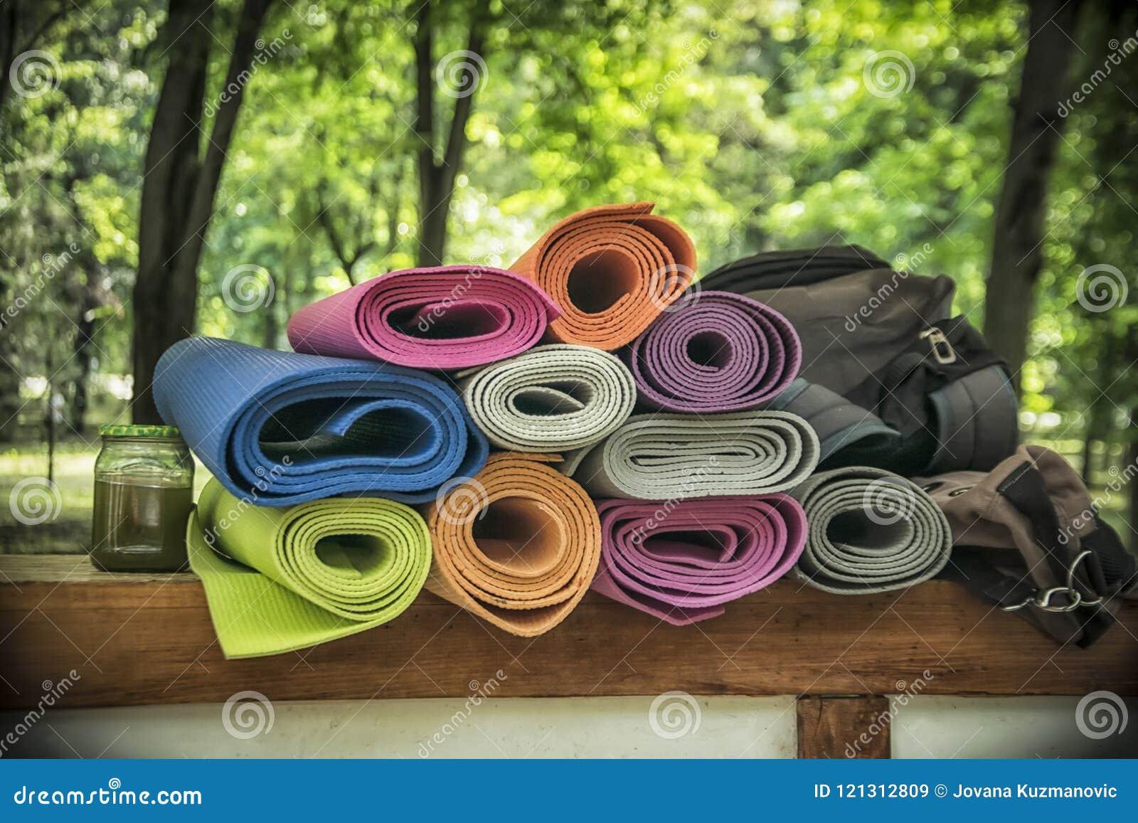 En grupp av yogaMats
